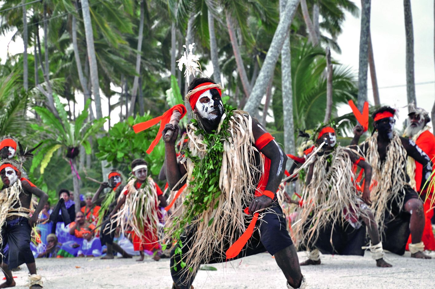 Les tribus de Mebuet et de Tuo s'étaient réunies pour offrir un spectacle de danse traditionnelle impressionnant par le nombre,  le rythme et la qualité de la prestation. Une performance qui a accompagné mariés et convives tout au long du repas.