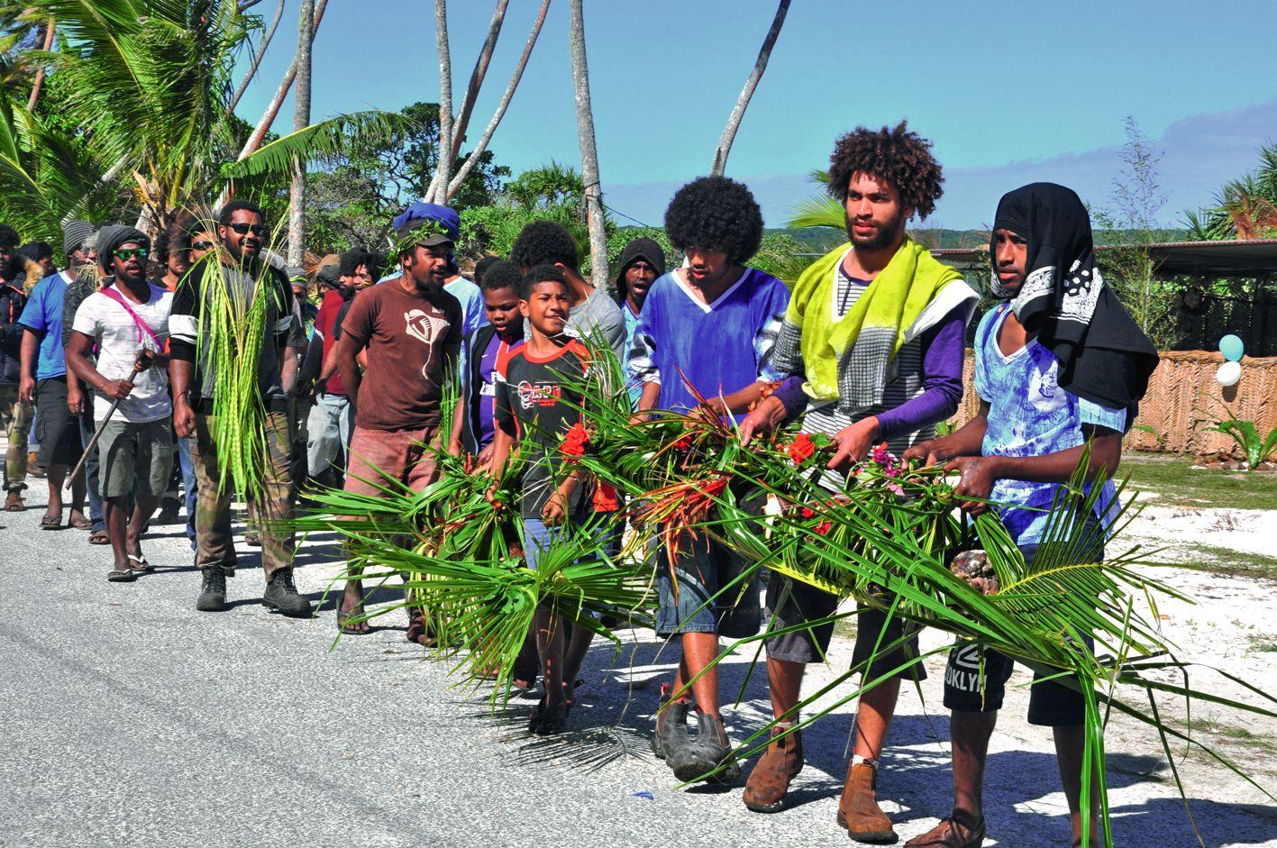 Pendant les cérémonies en présence de nombreux invités, les garçons s'activaient à l'ombre des cocotiers pour cuire au four traditionnel les ignames et cochons qu'ils apportent ici, avec fierté, à la chefferie. Ce moment est appelé « wapodépode » en langu