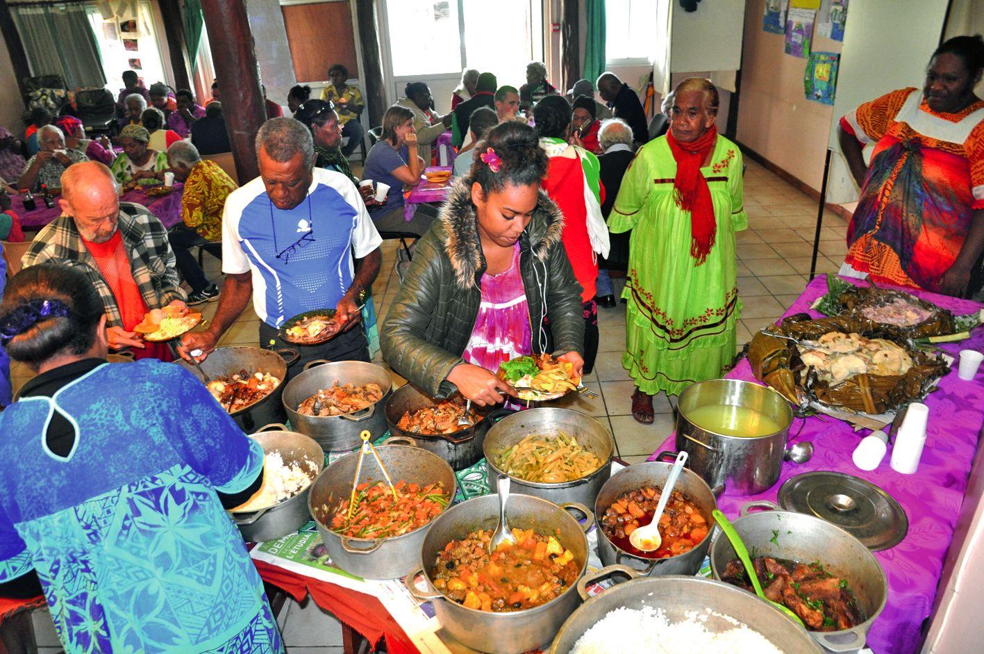 Pendant que se déroulait  un concert offert par le centre culturel, en extérieur,  un grand repas a été proposé par la commune pour clôturer la cérémonie. L'occasion pour tous d'échanger  et de se souvenir.