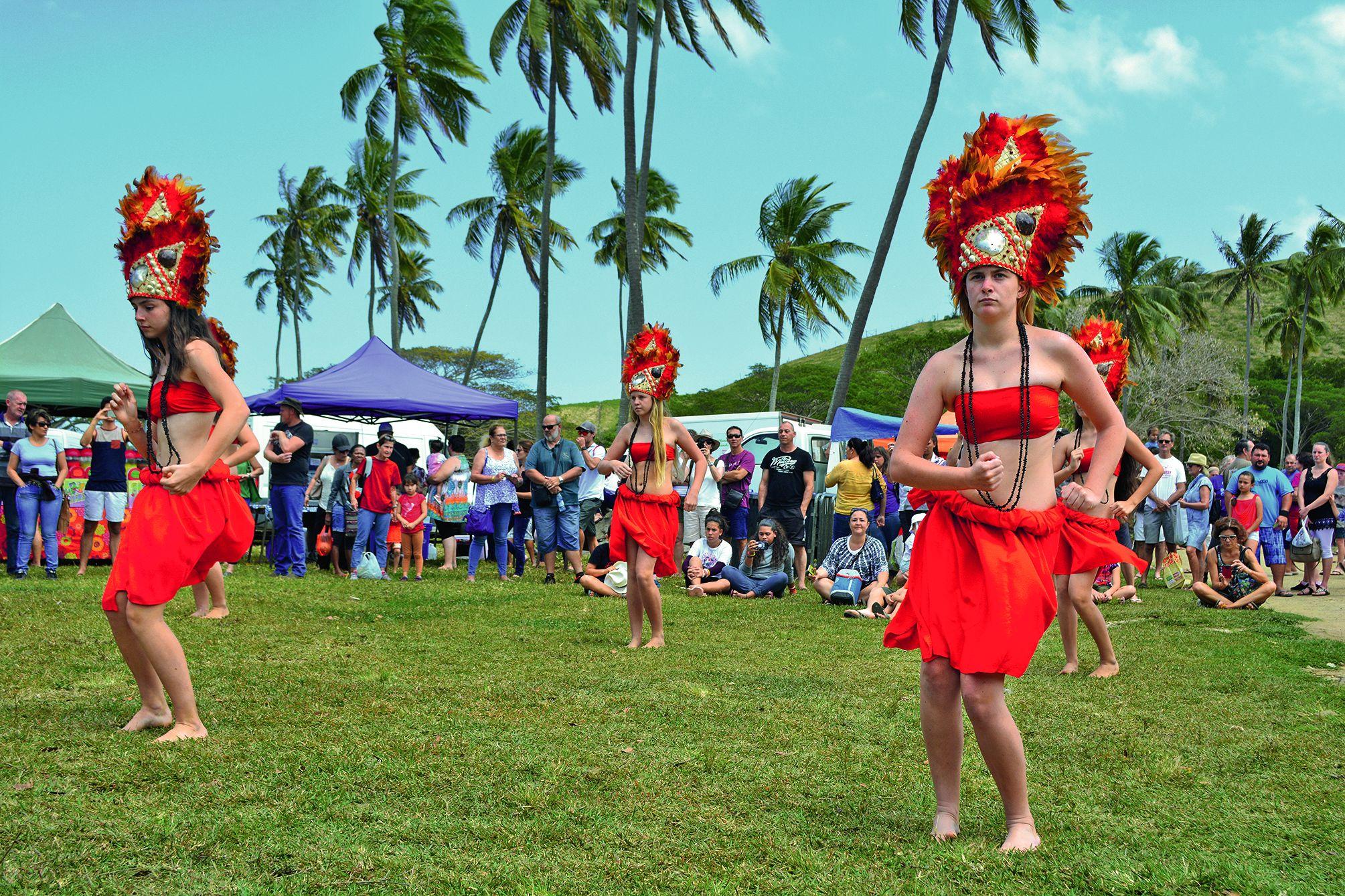 Danses, tahitienne (notre photo) avec la troupe Tamara du Mont -)Dore, wallisienne et futunienne avec La Foa Vella, démonstration de claquage de fouet, fantasia... sont venus agrémenter ce marché.