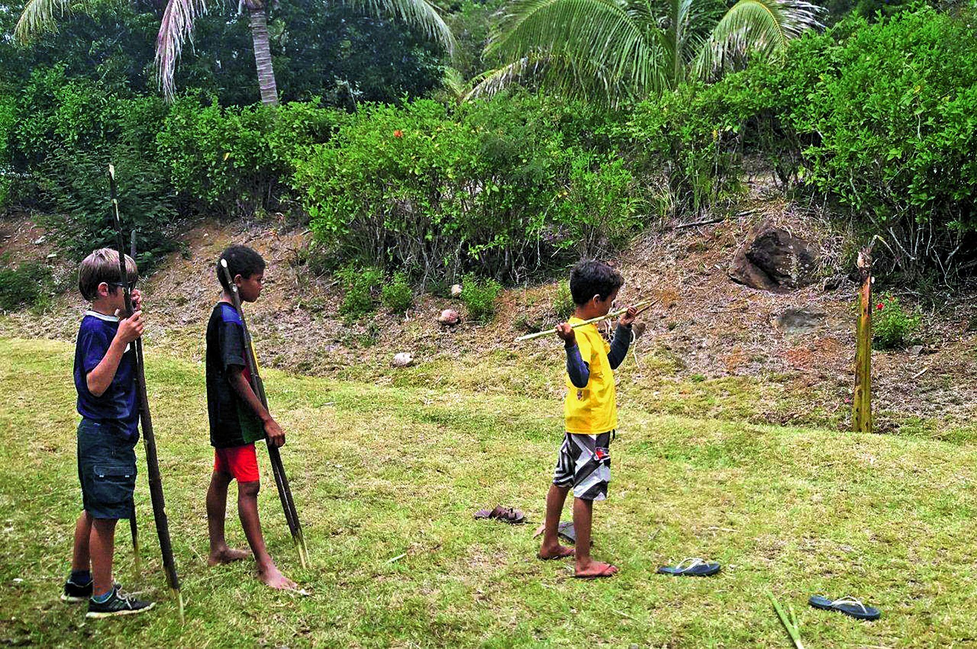 Les habitants de Nighou se sont mobilisés pour l'accueil des raiders, avec l'installation d'une zone de camping et une restauration à base  de produits locaux. A l'occasion des journées patrimoines, les enfants ont pu s'essayer au lancer de sagaie.