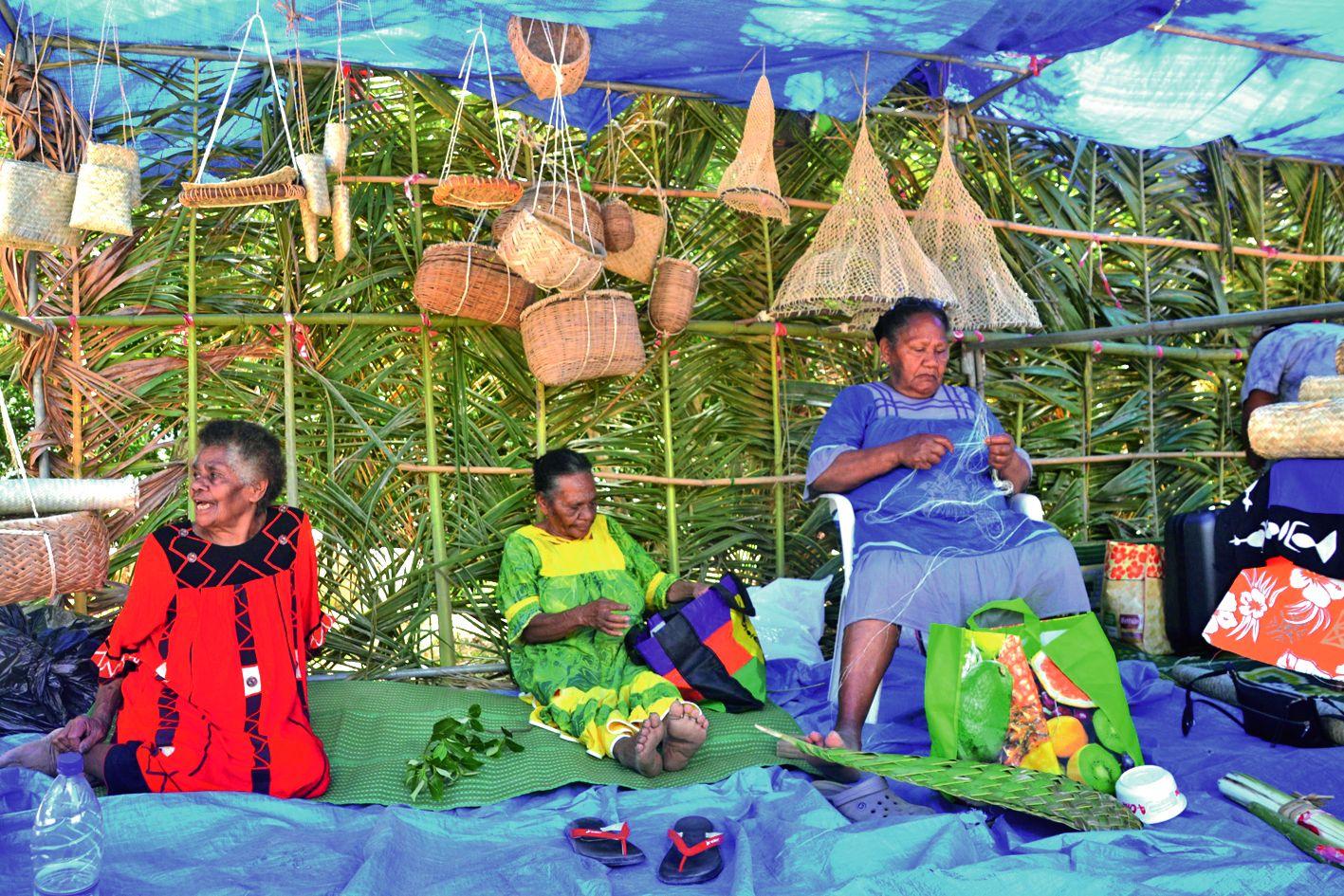 Descendues spécialement de Ouayaguette et de Haut-Coulna, ces femmes ont fait une démonstration de leur savoir-faire : confection de paniers, d'épuisettes ou même de berceau.  Le tout avec des matériaux naturels.