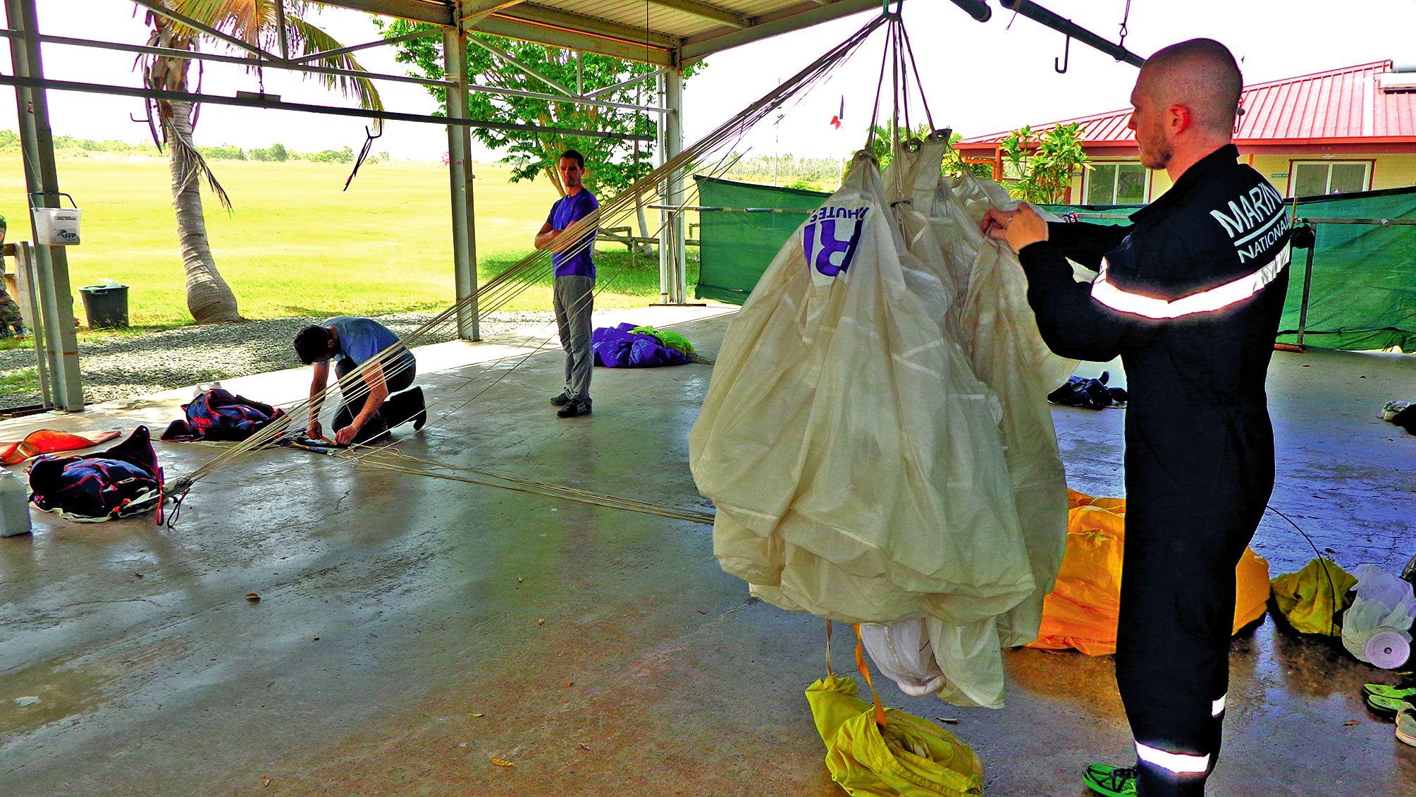 Le pliage du parachute est un exercice qui paraît difficile mais qui est effectué avec beaucoup d\'attention et de sérieux pour éviter les mauvaises surprises.