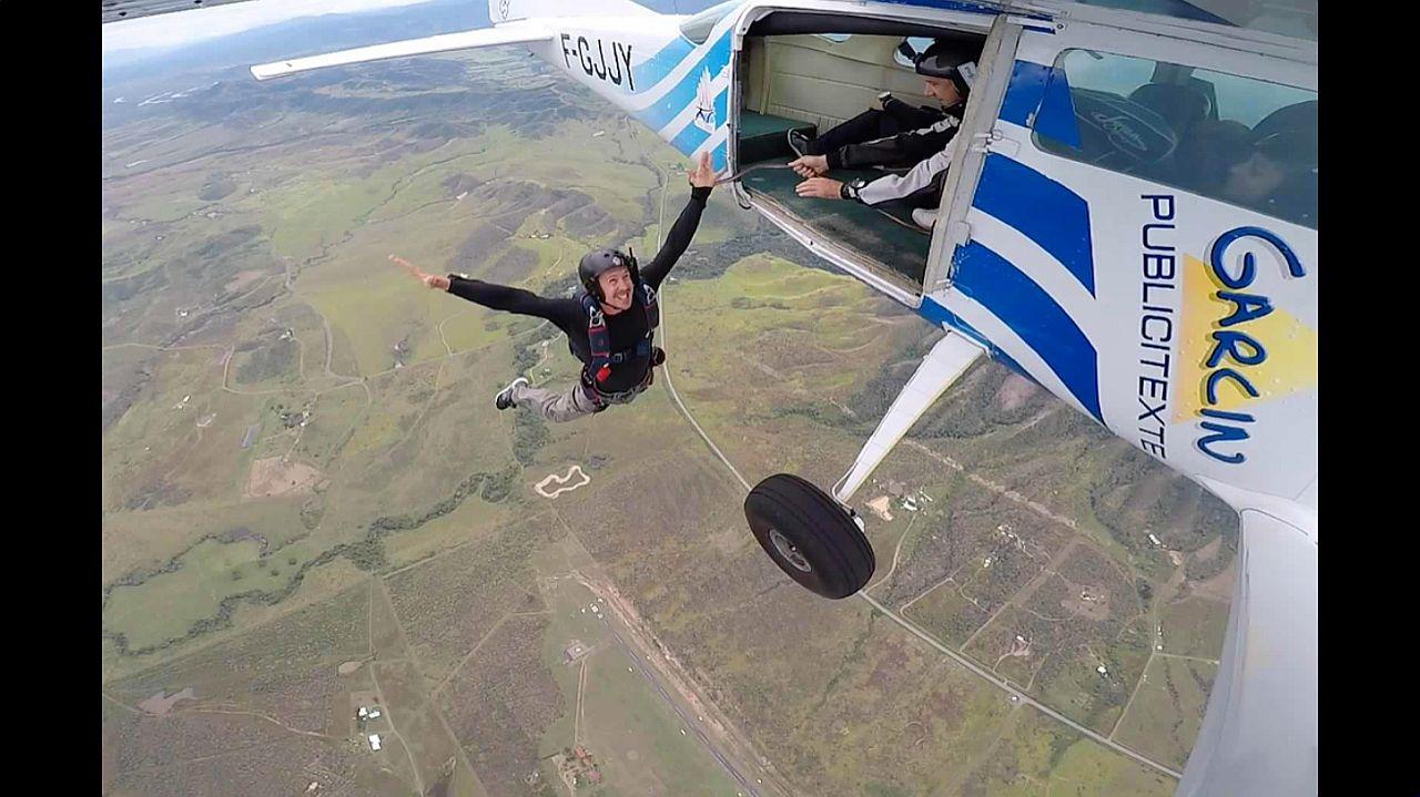Les plus expérimentés pourront sortir de l\'avion et activer eux-mêmes leur parachute. Sensations fortes garanties.
