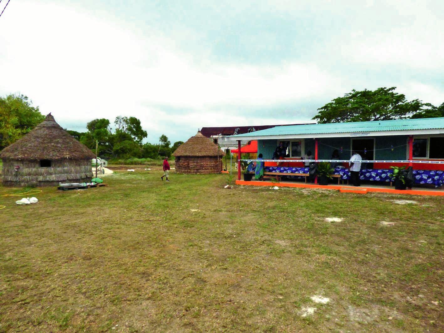 Le centre est composé d'une maison et de trois cases, destinées  à héberger les jeunes.