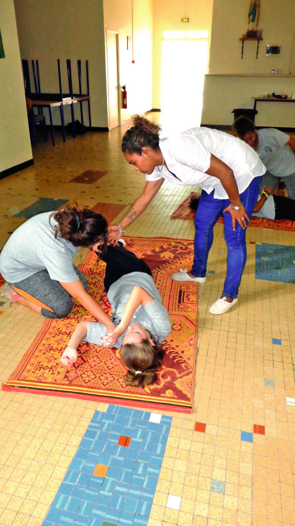 Les élèves ont mis en pratique la position latérale de sécurité,  le massage cardiaque et le bouche-à-bouche.