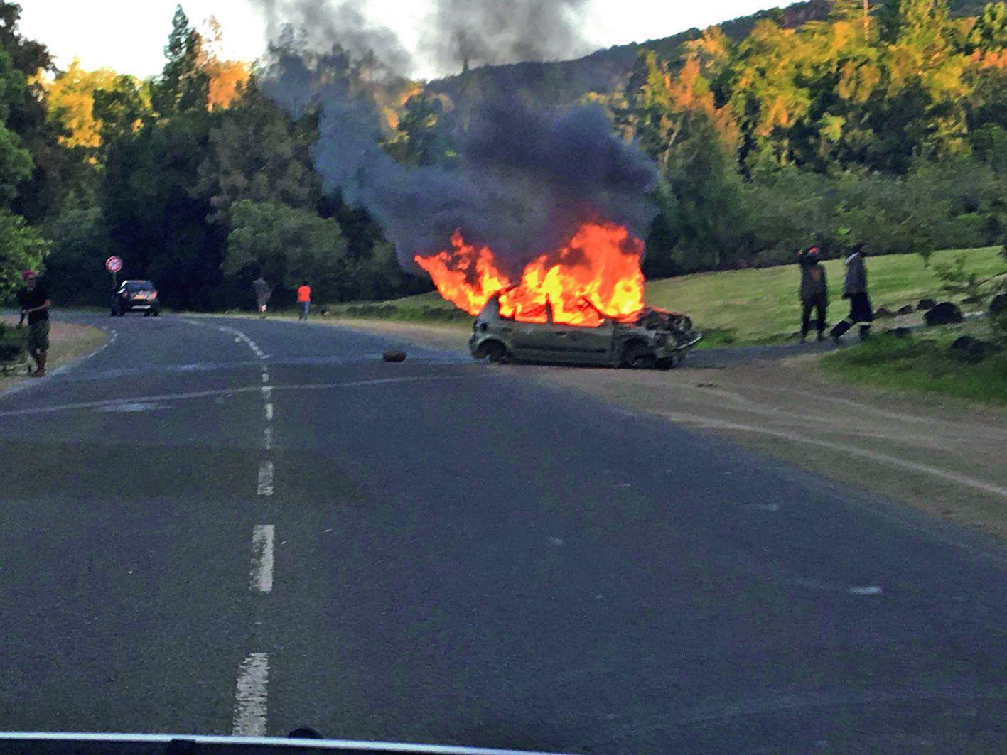 En tout début de soirée, une voiture a été incendiée non loin du Casino de La Coulée, forçant les gendarmes à fermer la route. Photo Julien Huvon