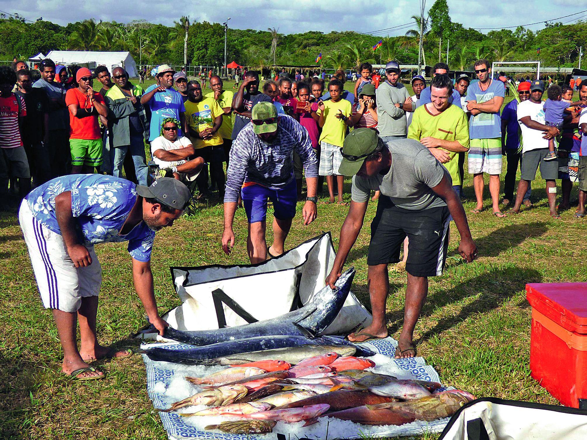 Au concours de pêche, les sept embarcations engagées sont revenues 6 heures plus tard avec de nombreux petits poissons et deux gros wahoo pour les plus chanceux. Thazards, loches, vivaneaux, thons jaunes et wahoos occupaient également les étals des pêcheurs locaux.