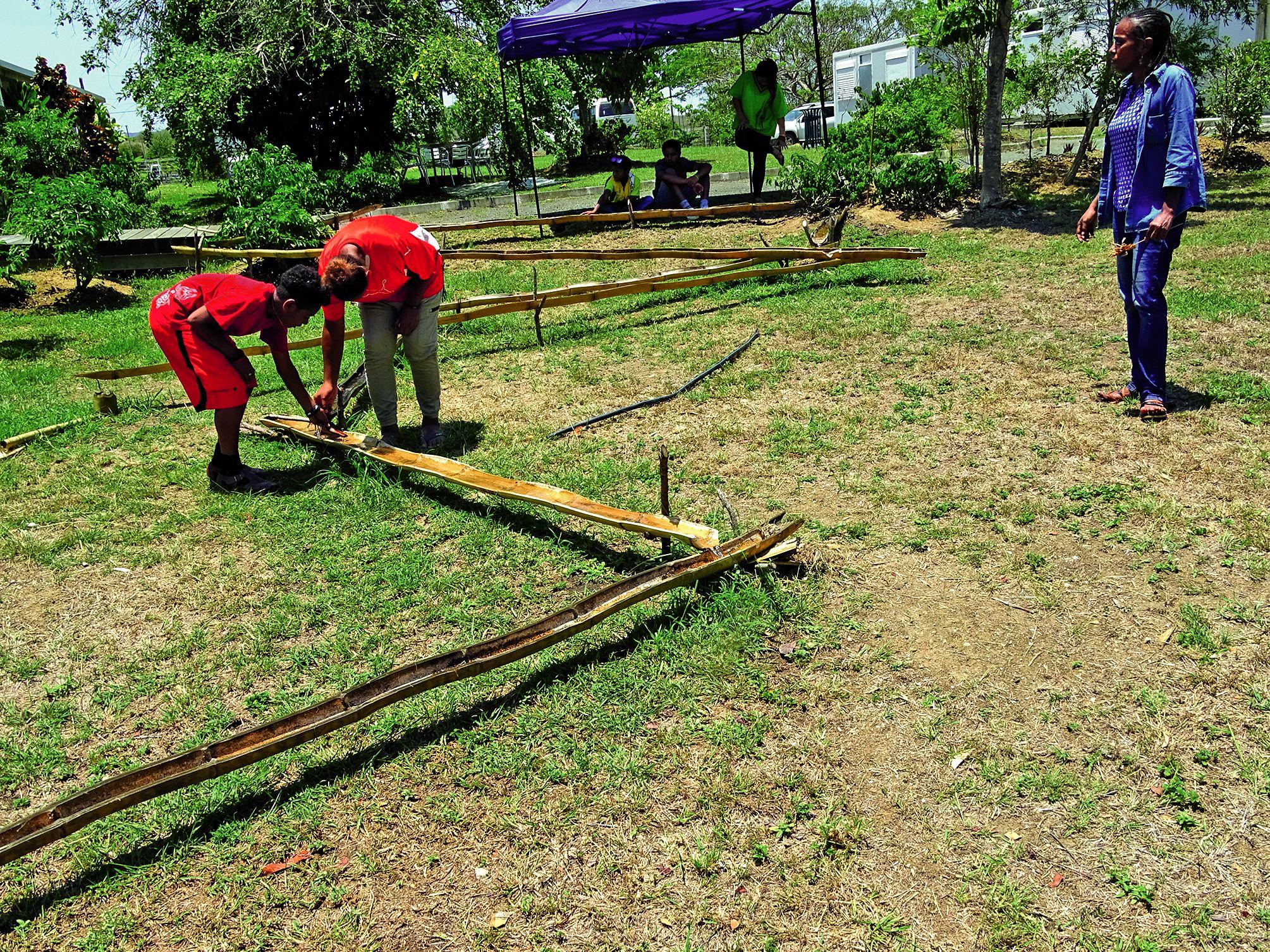 Durant l'atelier contes et légendes, les élèves ont fait connaissance avec la légende de Ba et de Co. Des bambous dans lesquels coule de l'eau ont permis de mettre en lumière cette histoire.