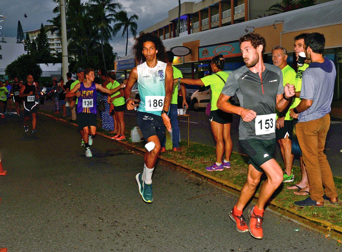 La relève est en marche ! Jérémiah N'Godrela (en bleu), 16 ans, s'est adjugé la deuxième place devant Maxime Dorner (en violet), 15 ans. C'est d'ailleurs au sprint que tout s'est joué entre les deux jeunes athlètes. Dans les derniers 500 mètres, le spécialiste du 800 mètres a acceléré, suivi de près par son cadet, qui ne réussira jamais à le rattraper.