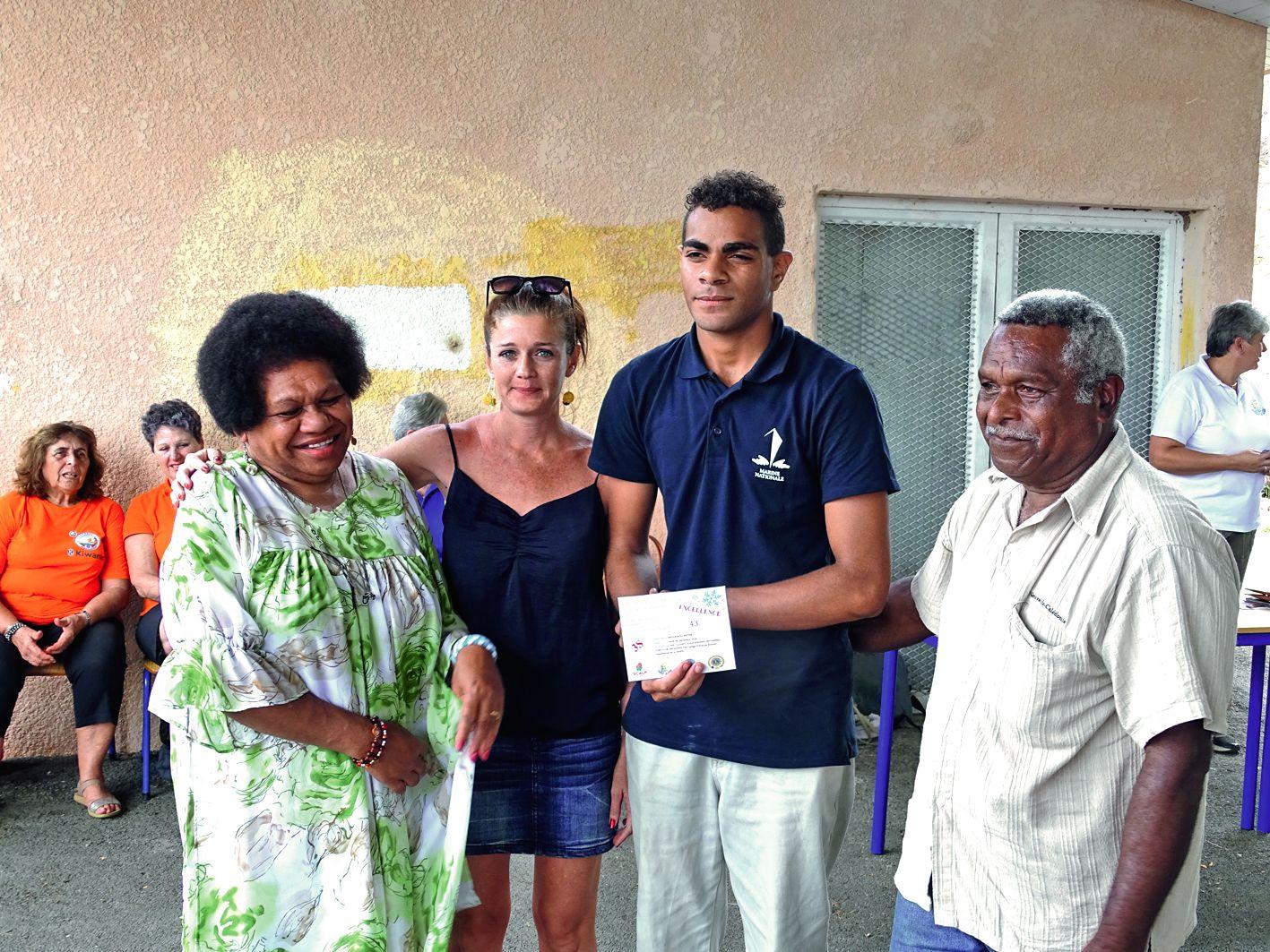 Le jeune Peter Moueaou en 3e Segpa, ici aux côtés de sa famille et d'Aude Lafleur, sa professeure principale, a été félicité par Brigitte Hainaut, la directrice, et l'équipe éducative pour ses bons résultats mais aussi pour sa future orientation en CAP sé