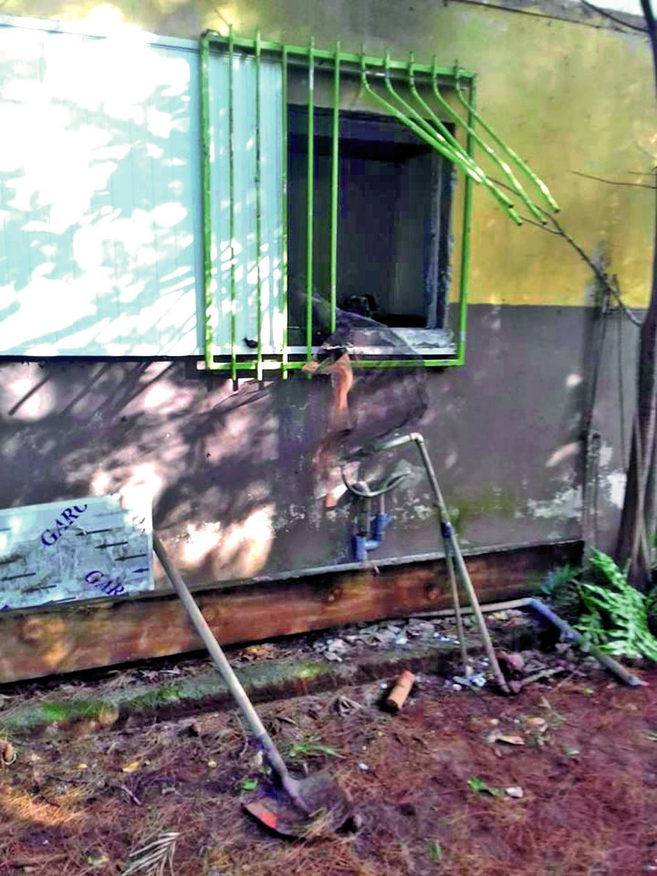 Les voleurs n'ont pas hésité à arracher les grilles de la fenêtre pour s'infiltrer dans la cuisine.photo La Cravache