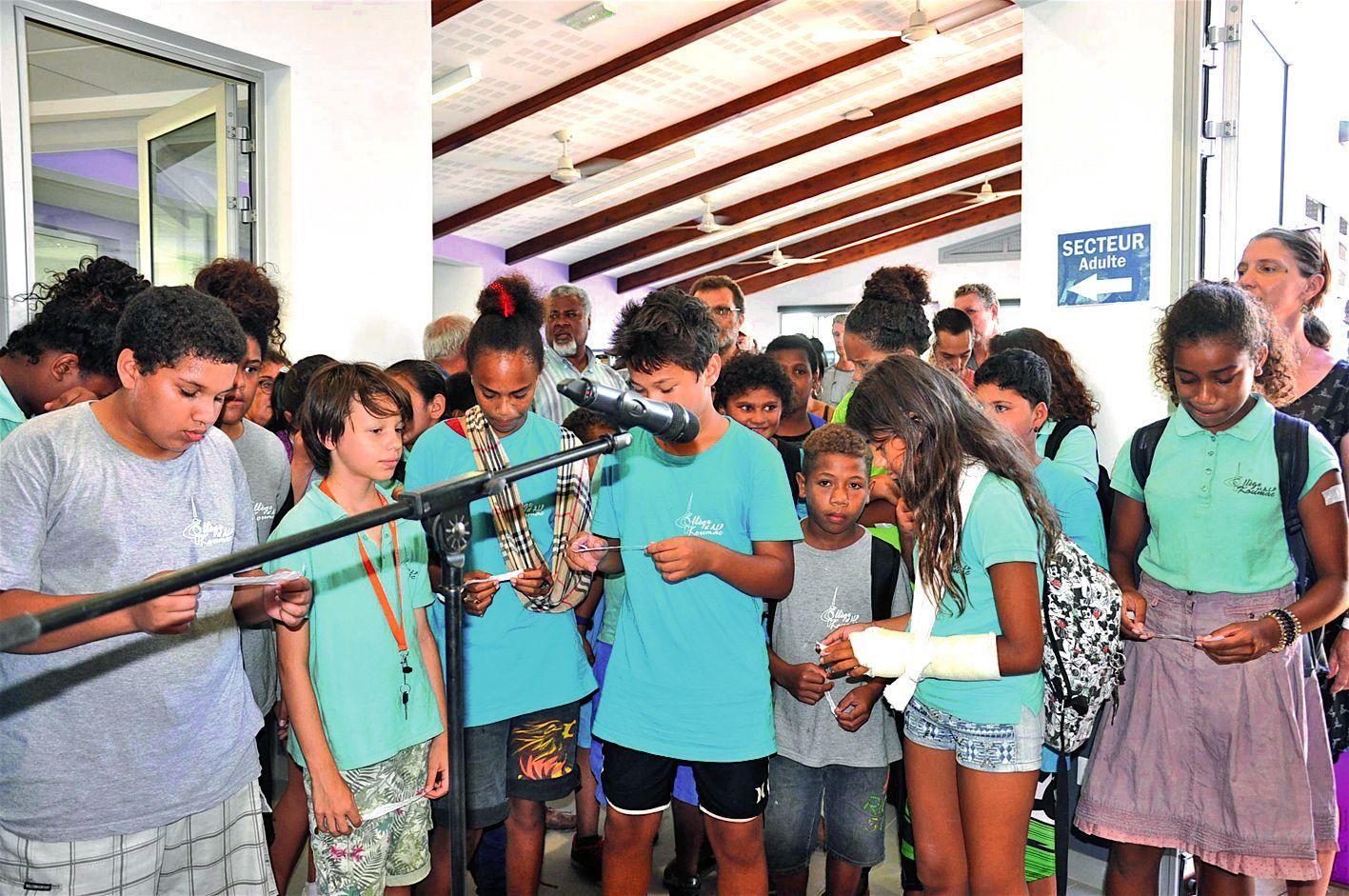 A gauche, des élèves de 5e du collège de Koumac ont lu quelques courts poèmes de leur création. A droite, des enfants des cycles 2 et 3 de l'école Punyi, tribu de Wanap, encadrés par Yoan Whaap, musicien intervenant de l'école de musique du CMDNC, ont int