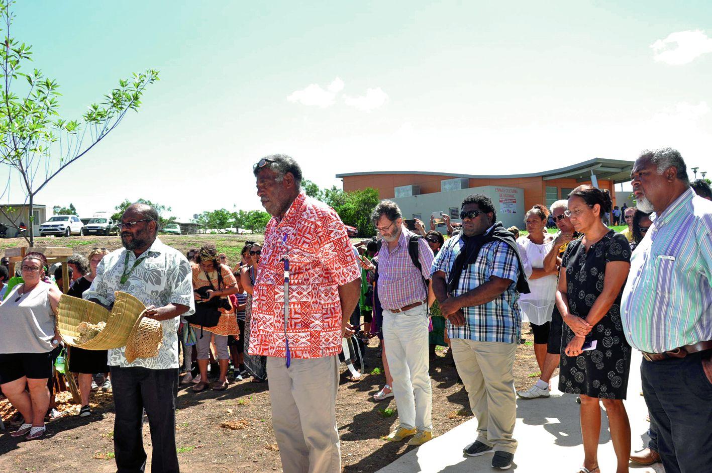 Victor Tutugoro a présenté la coutume de bonjour aux coutumiers de Koumac, aux élus municipaux et autres réunis à l'entrée de la Médiathèque Louis-Bastien.