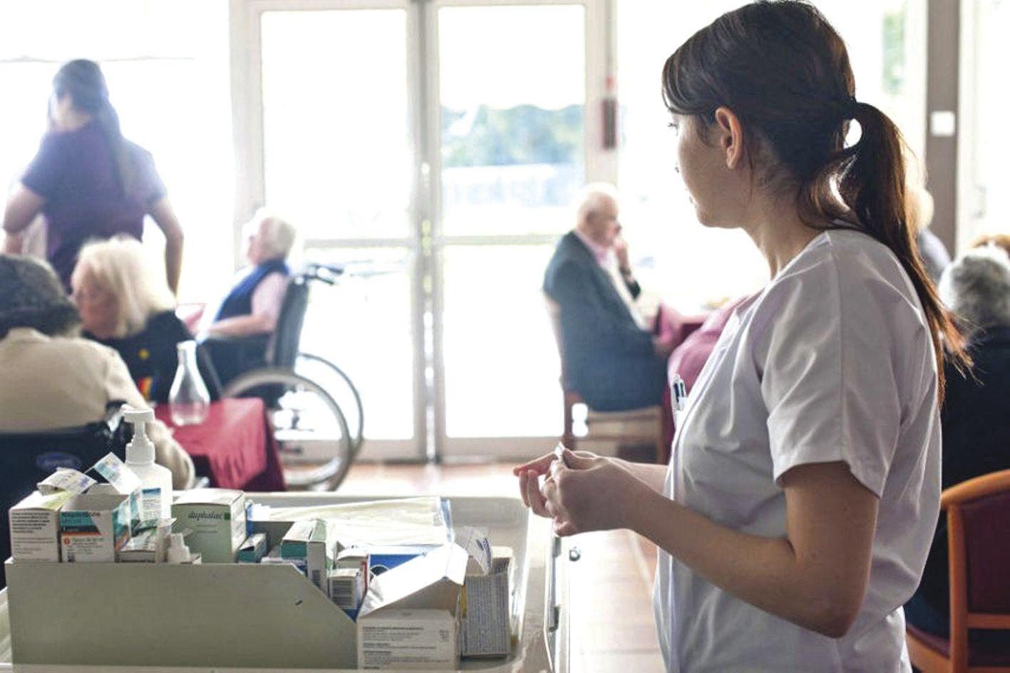 D'après une étude de la Mutualité française, l'hébergement en maison de retraite coûte en moyenne 2 000 euros par mois aux plus dépendants, alors que les retraités touchent en moyenne 1 500 euros de pension. Souvent les familles payent le reste à charge.