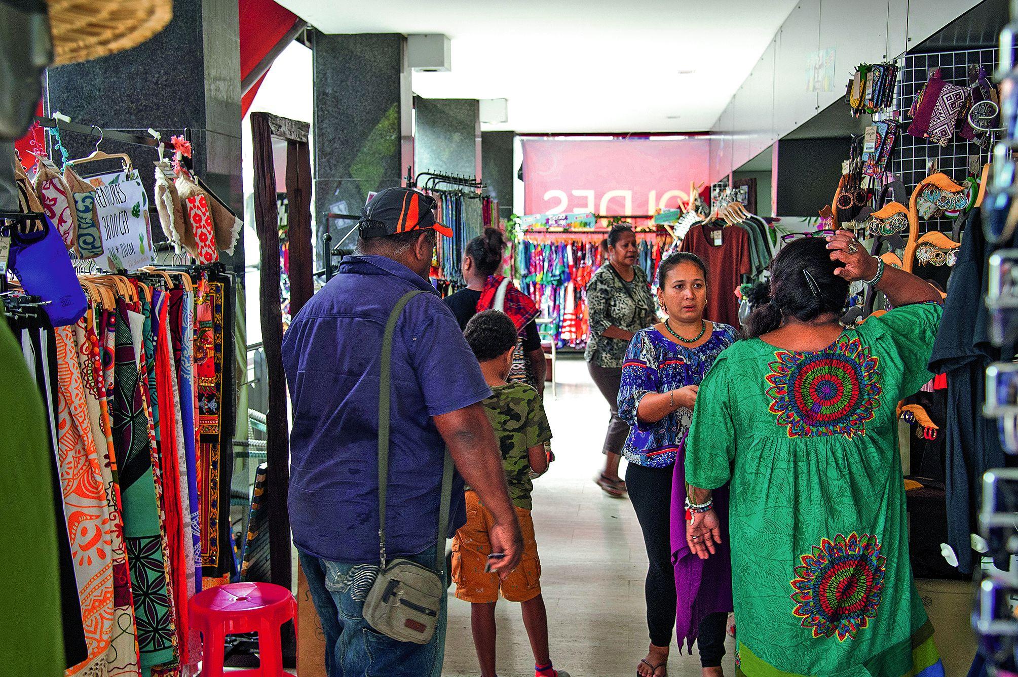 Dès la pause-déjeuner, la clientèle a commencé à chiner les bonnes affaires dans les magasins de Nouméa.Photo Cyril Terrien