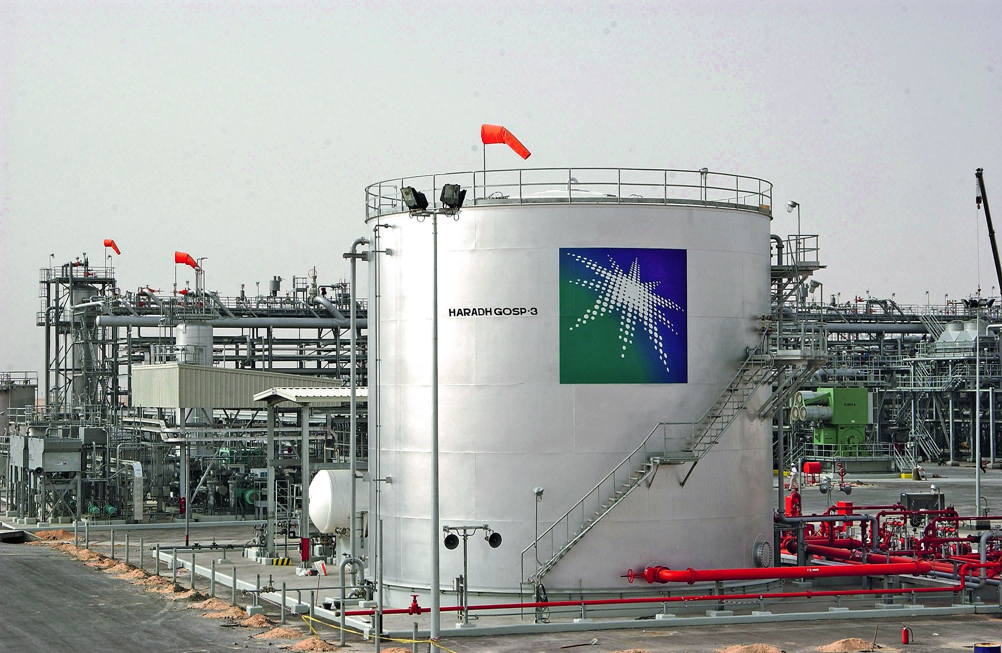 Des réservoirs dans une usine de Haradh, à environ 280 kilomètres au sud-ouest de la ville pétrolière de Dhahran, à l'est de l'Arabie saouditePhoto AFP