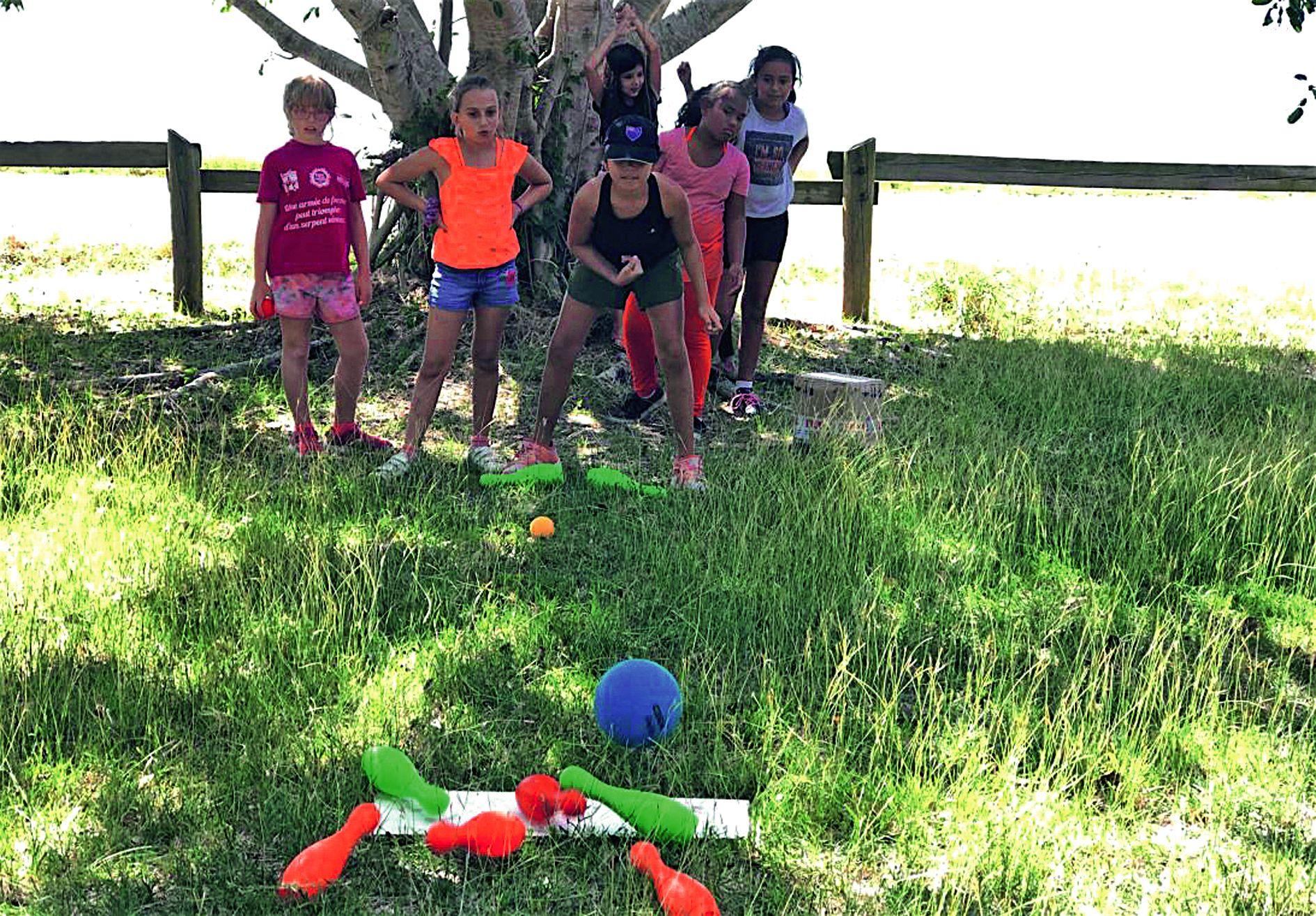 Le bowling était une des disciplines que ne connaissaient pas  la plupart des enfants. Ils devaient réaliser le maximum de strikes.