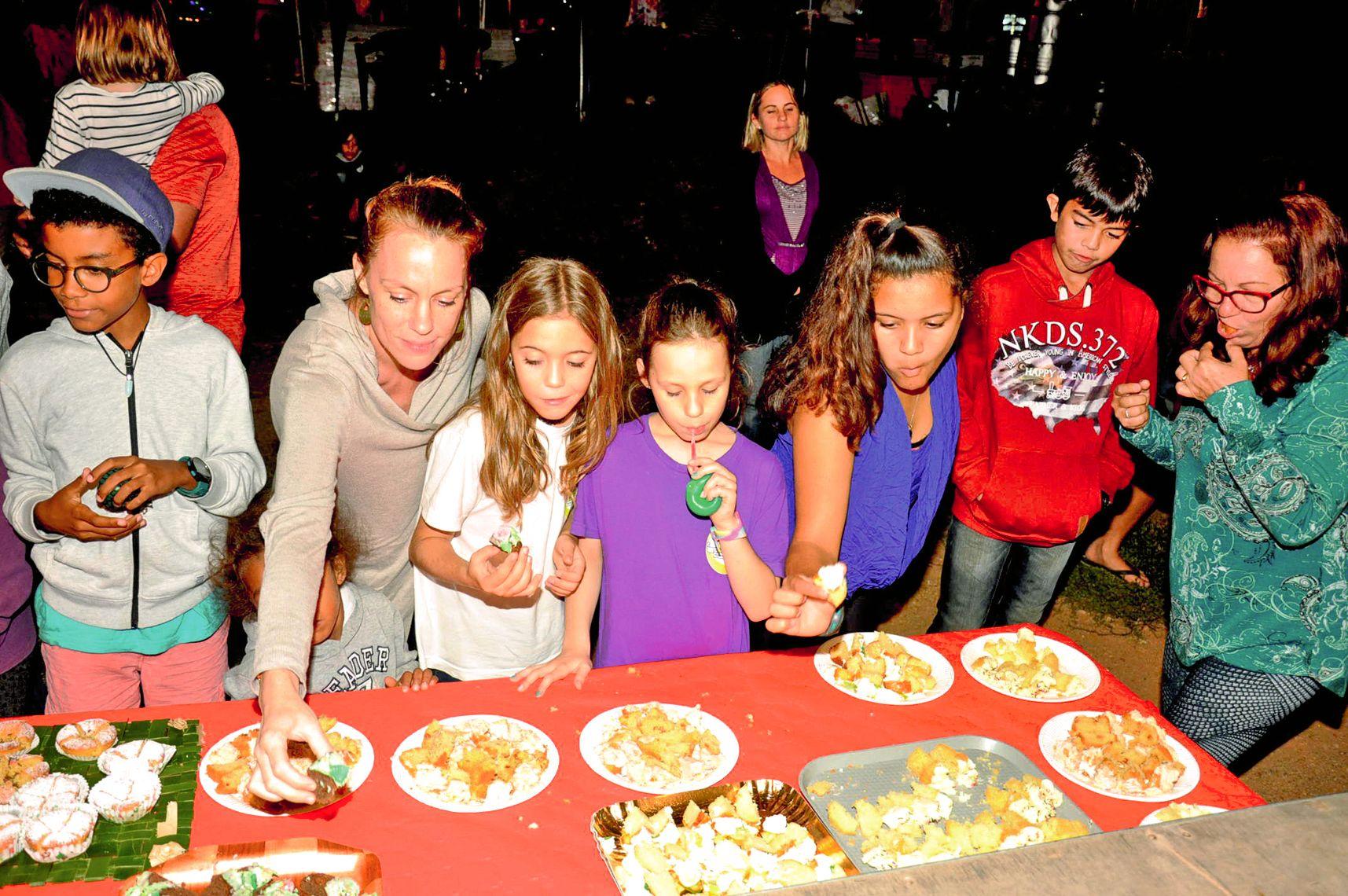 Les enfants comme les adultes ne se sont pas fait prier lorsque le feu vert a été donné par les organisateurs pour tester à leur tour les cupcakes aux odeurs et à l'allure bien tentantes.