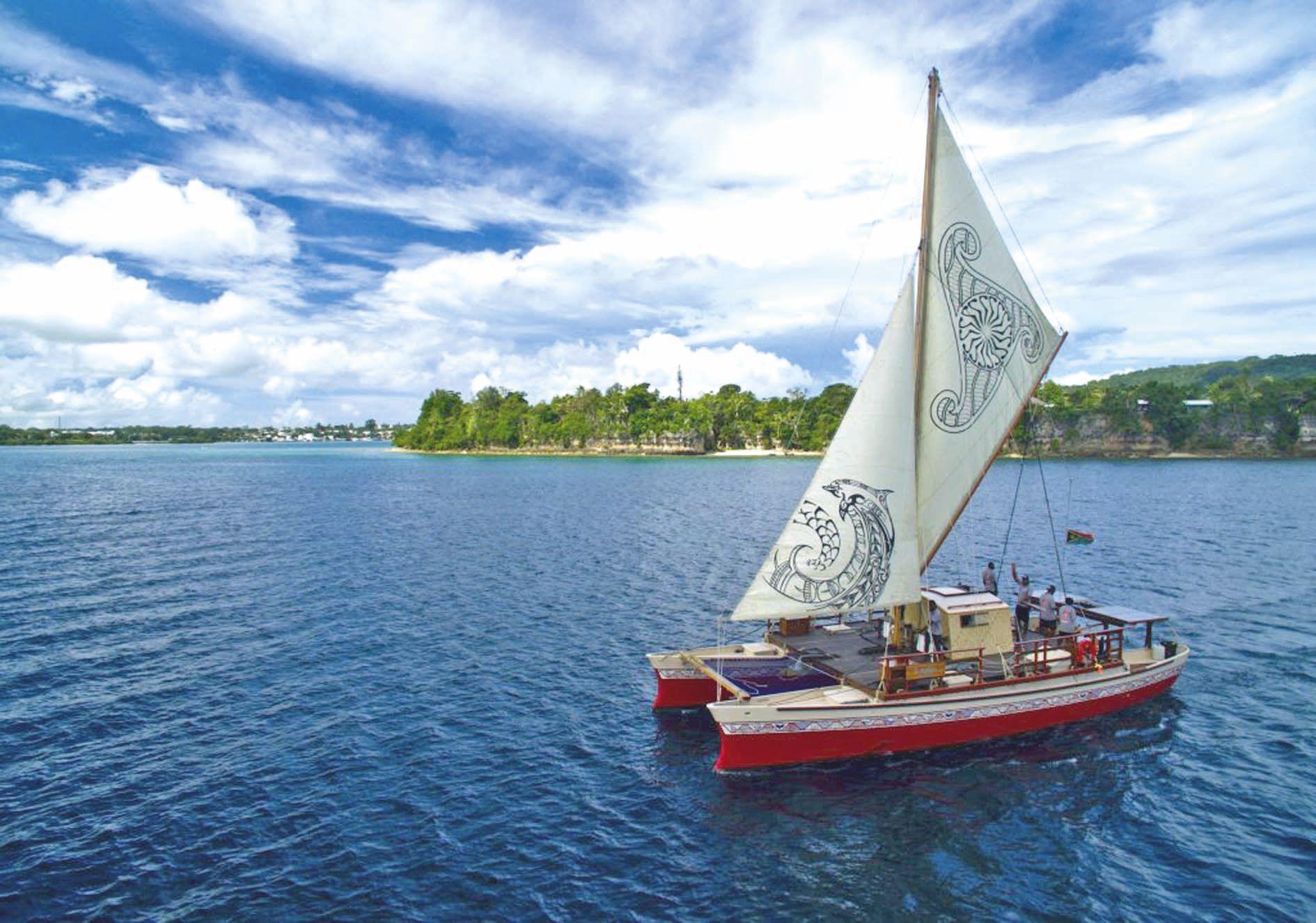La voile de la pirogue mesure 58 m2, deux moteurs de secours fonctionnent au solaire et à l'huile de coco.Photo  Okeanos Foundation