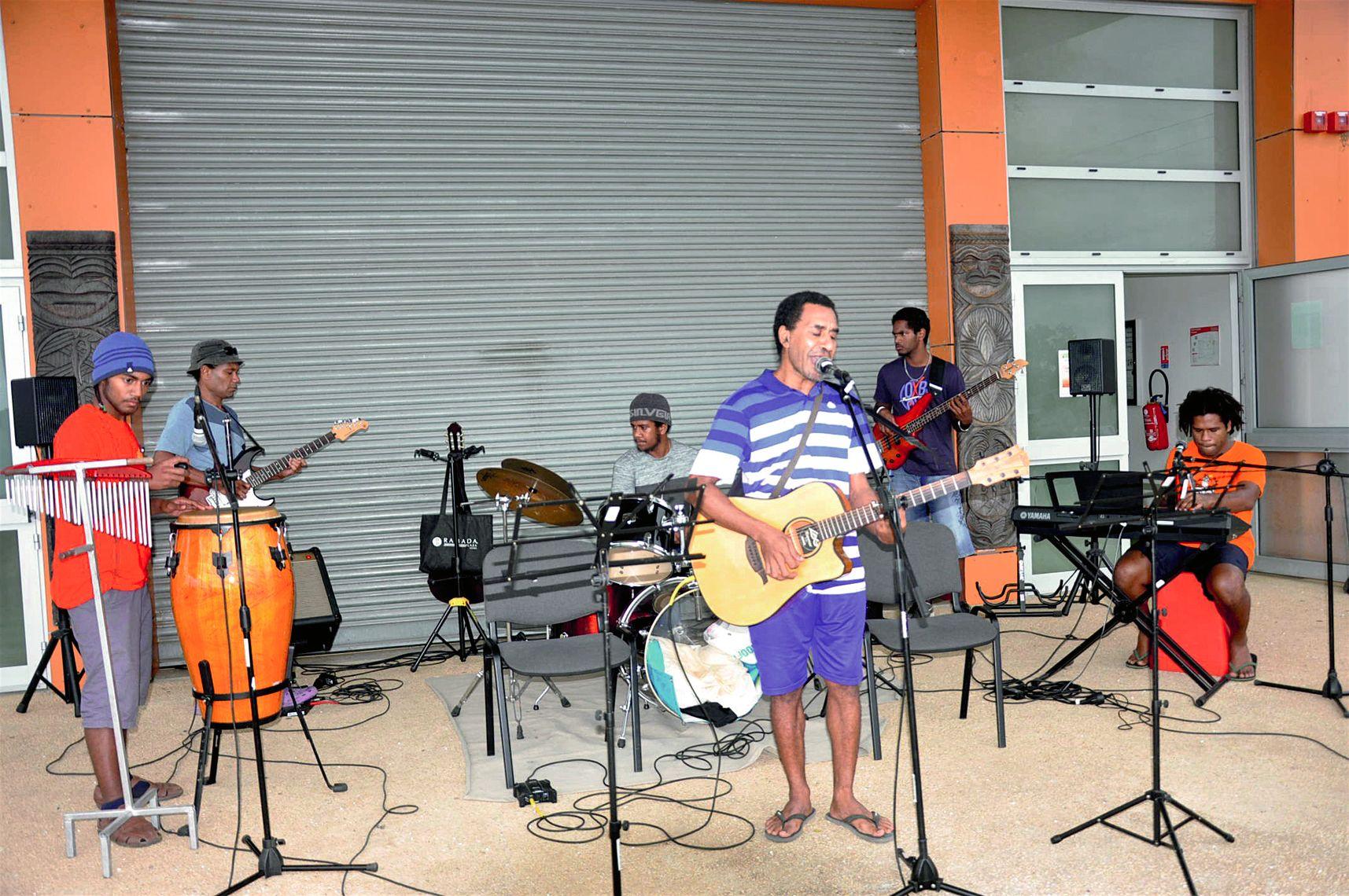 Ce groupe constitué de musiciens intervenants et d'anciens élèves de l'antenne, a interprété des compositions de Joël (soliste) en langue de Koumac dédiées aux mamans.