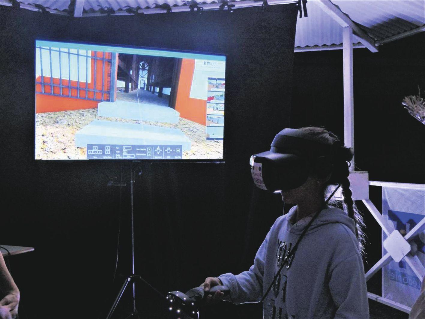 Parmi les nouveautés, le casque de réalité virtuelle a piqué la curiosité du public. Il permet de visualiser les cases dortoirs et le quartier cellulaire qui ont été rasés en 1939. Photo Atup