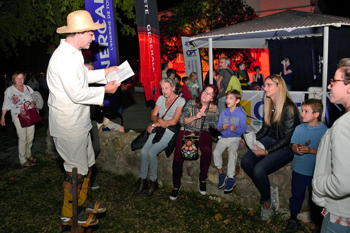 Pendant la soirée, les bénévoles ont raconté de petites anecdotes historiques aux spectateurs. Photo Thierry Perron