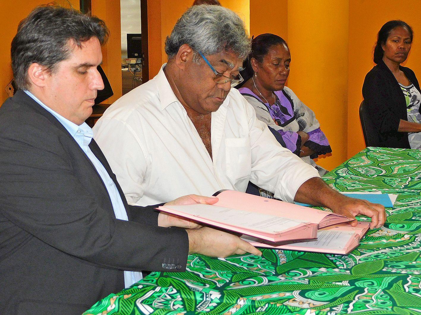 Le président de l'UNC, Gaël Lagadec, et le président  de la province, Jacques Lalié, ont signé cette convention de partenariat.
