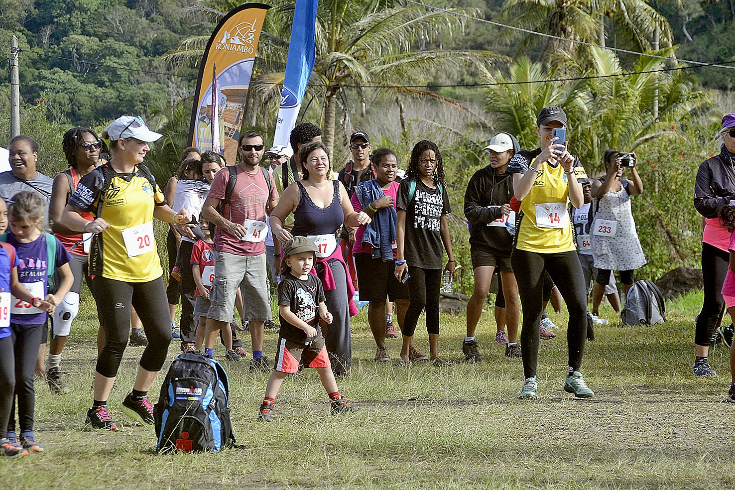 Les coureurs venus de Ponérihouen, Touho, Koné, Pouembout et Nouméa ont été rejoints par des personnes de la tribu pour effectuer  les 5 kilomètres qui étaient proposés, dimanche. Un moment d'échauffement leur a été suggéré avant le départ.