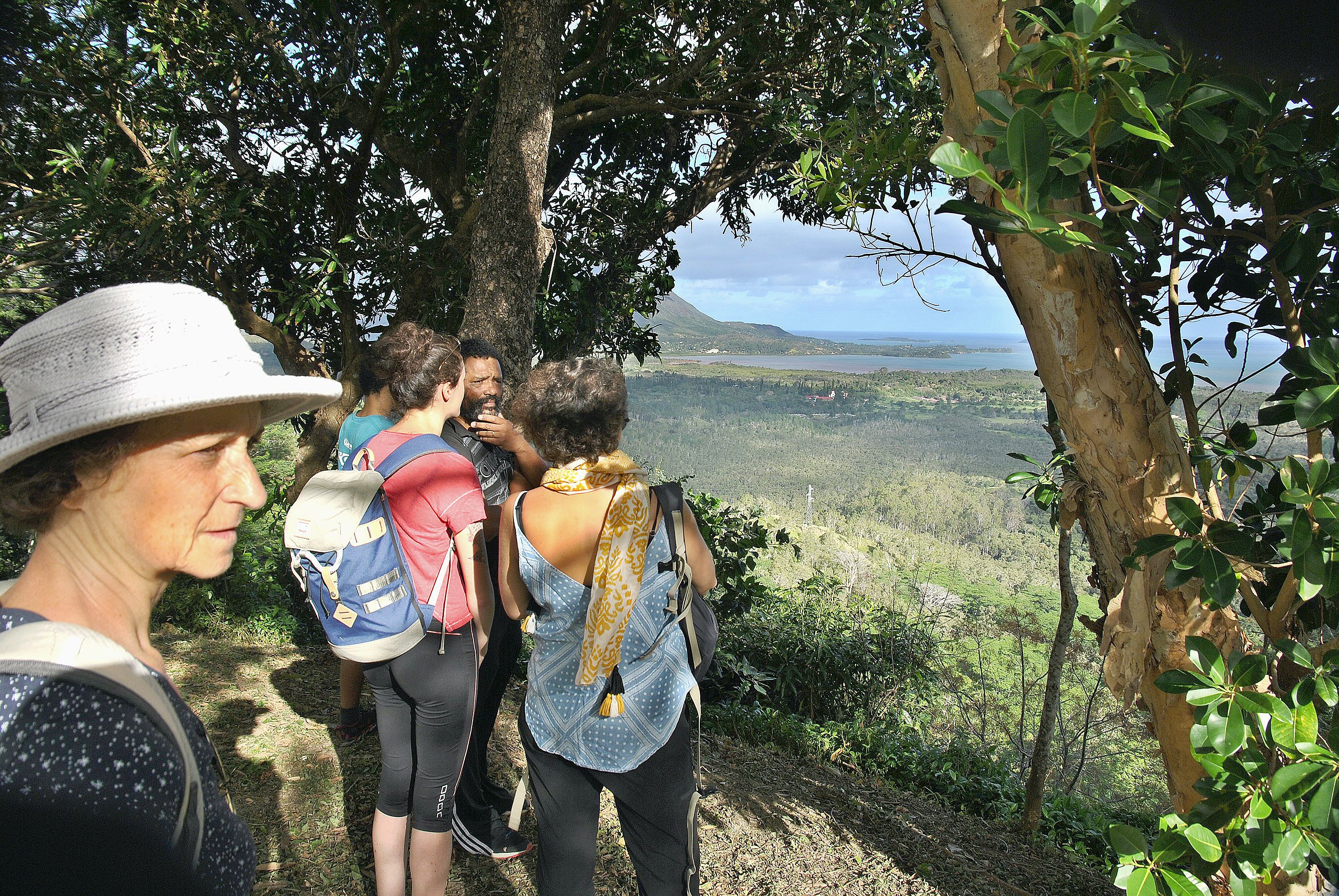 Des randonnées pédestres jusqu'aux vestiges des moines trappistes ont été organisées. Au sommet du site, les visiteurs ont contemplé une vue unique sur toute la tribu. Photo G.R