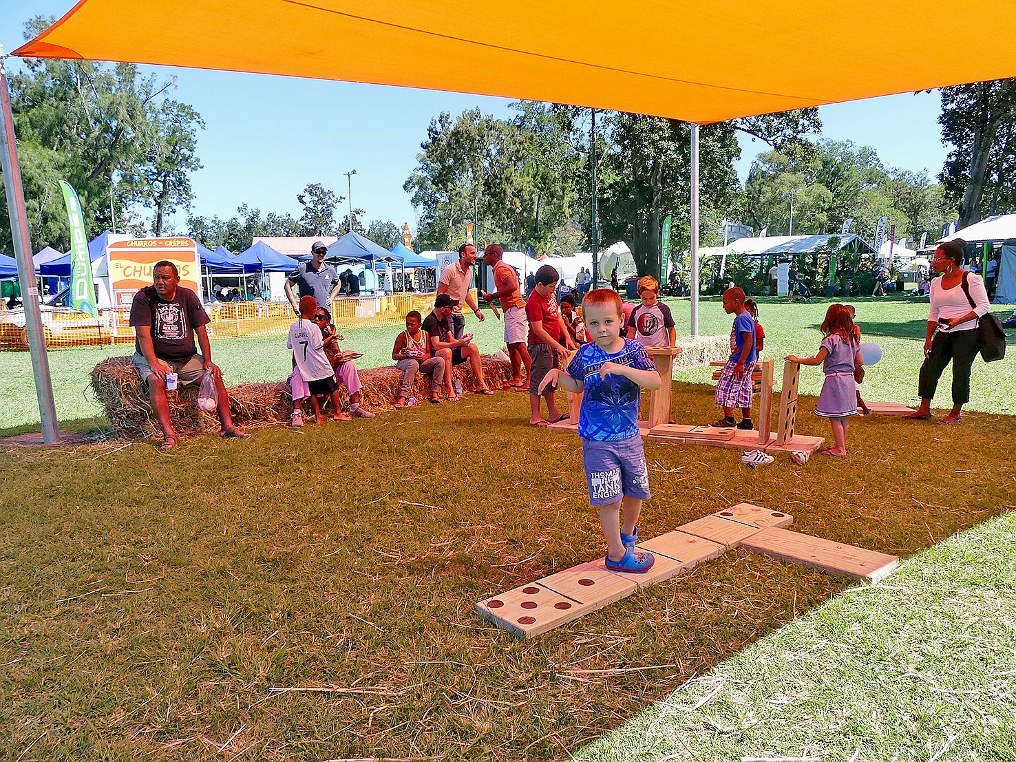 Pour occuper les enfants pendant que les parents déjeunaient sur des bottes de paille, plusieurs jeux en bois, comme des dominos et des mikados étaient à disposition sous des tentes.
