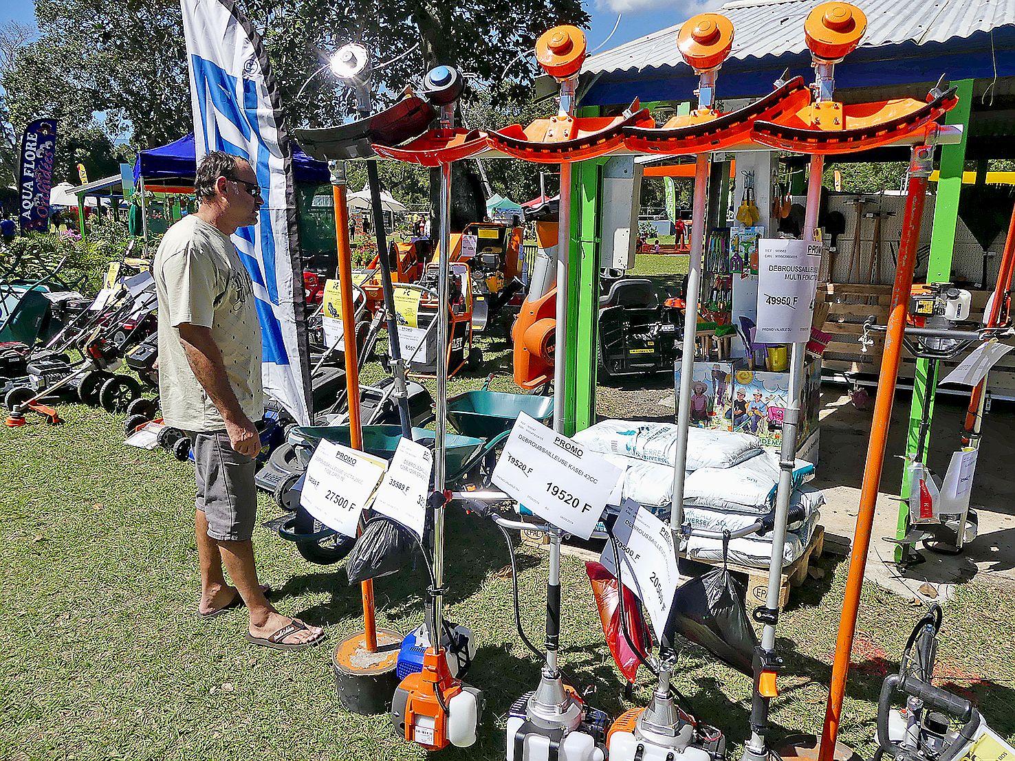 Tracteurs, tondeuses autoportées, débroussailleuses, mini-pelles rétro, selon les visiteurs habitués de la manifestation, l'outillage prend une part croissante sur les étals.