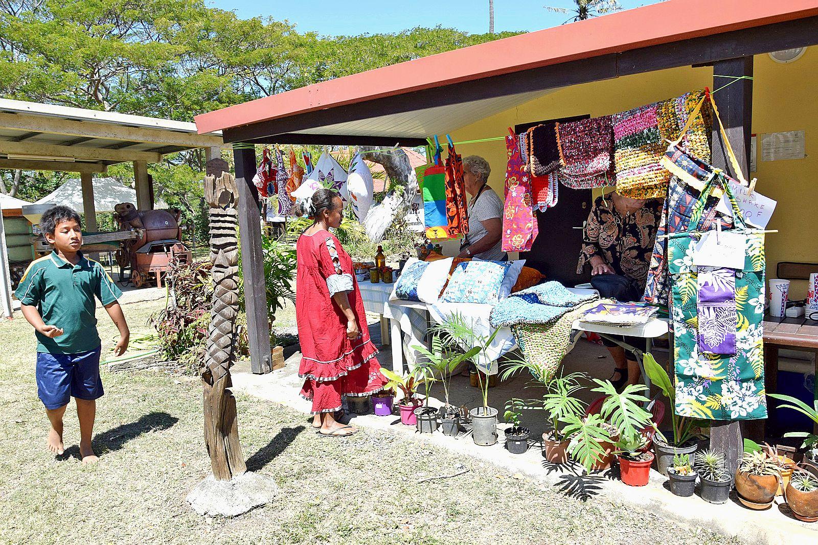 Les stands encerclaient le site et proposaient aux visiteurs des produits locaux et de terroirs.Photos K.B.
