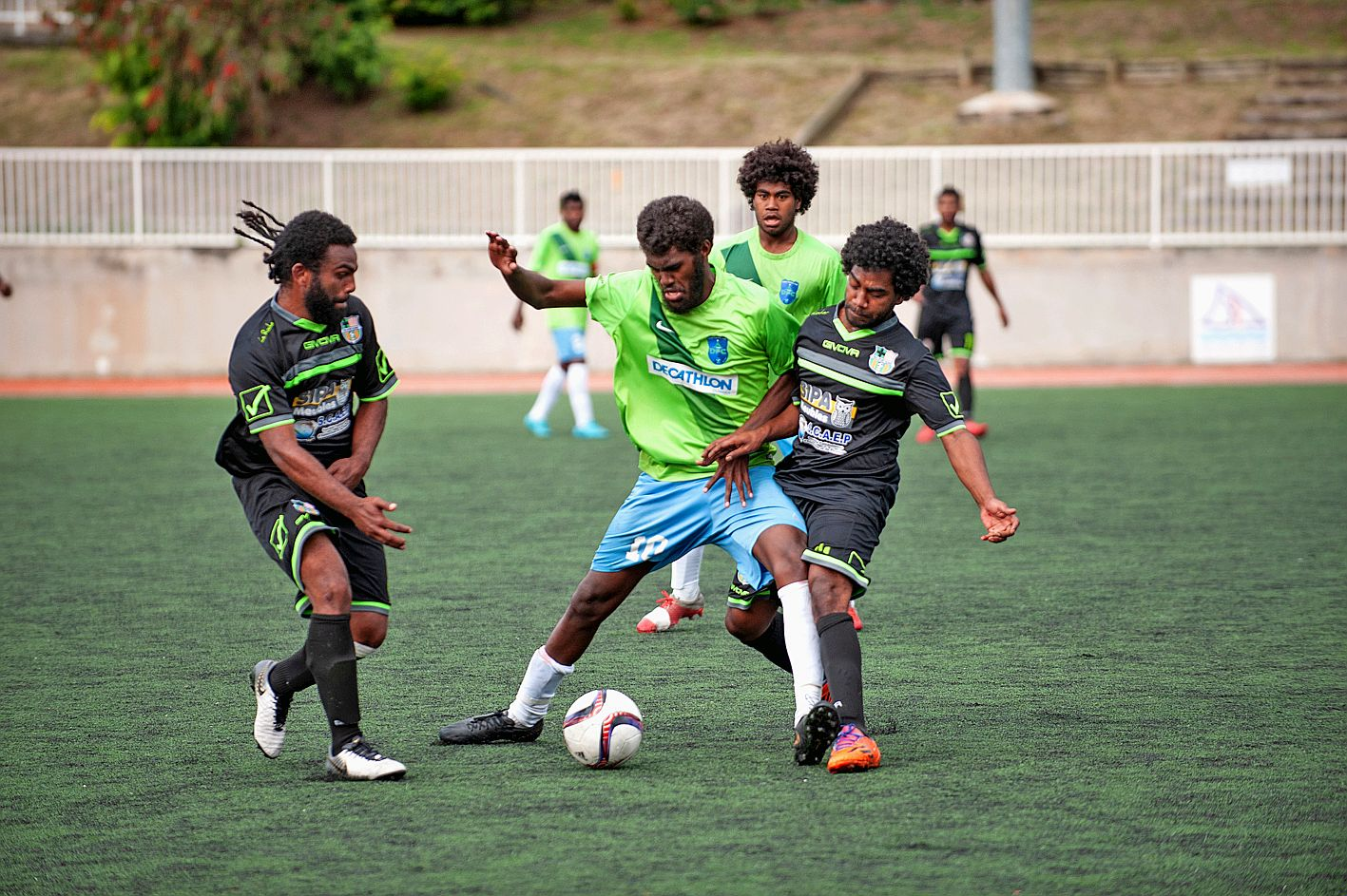 Samedi après-midi au stade du PLGC, Dumbéa FC (en vert et bleu) équipe de PH Sud, a éliminé 3-0 Trio Kejeny, qui évolue en Super Ligue.   Photo Cyril Terrien