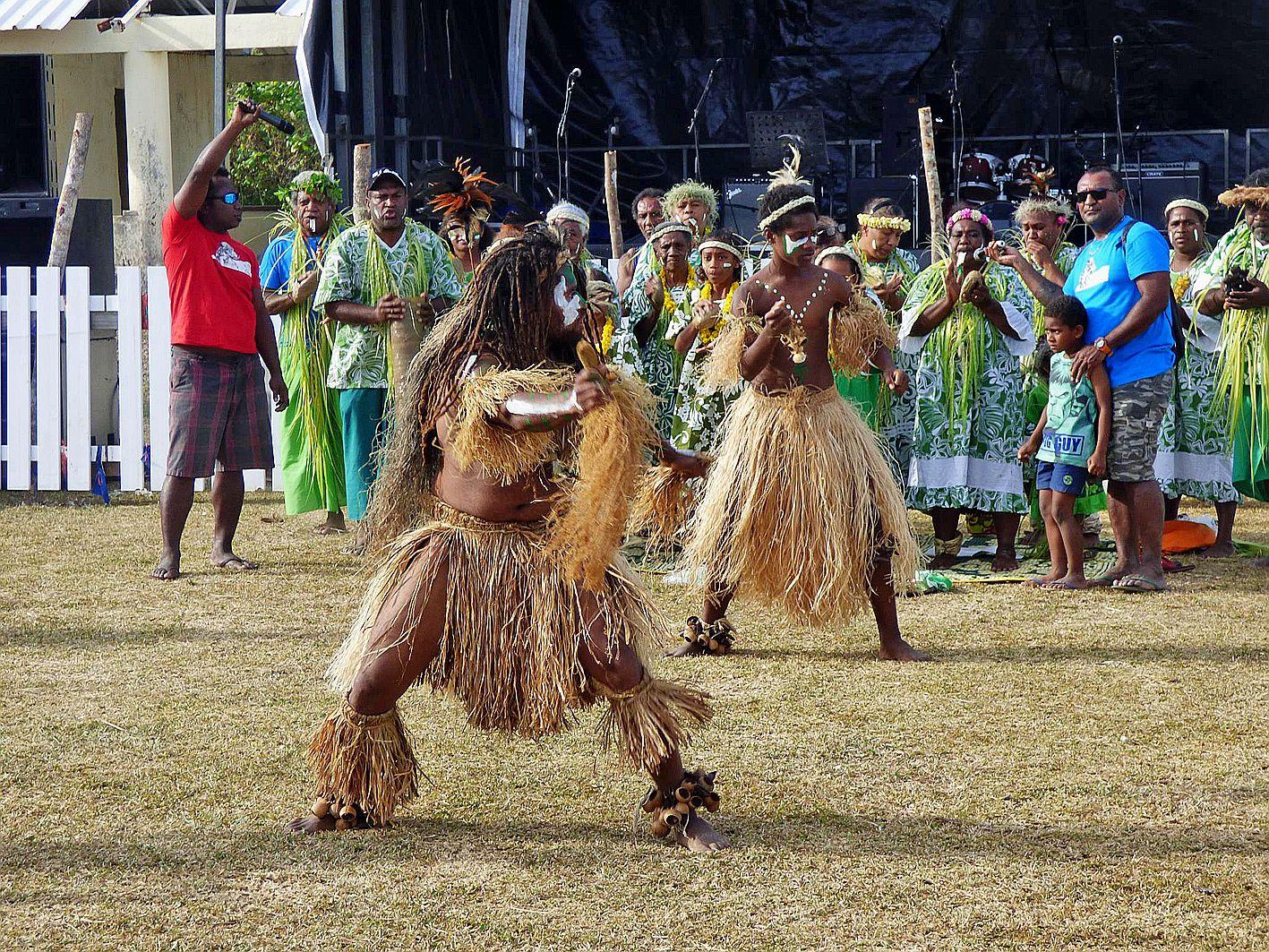 La troupe de danse Wië Me Hatr de la tribu de Huiwatrul (district de Lossi), bien connue poursa participation régulière aux différentes manifestations locales et qui se veut fidèle à l\'histoire du peuple kanak et à ses rituels, en exécutant notamment les