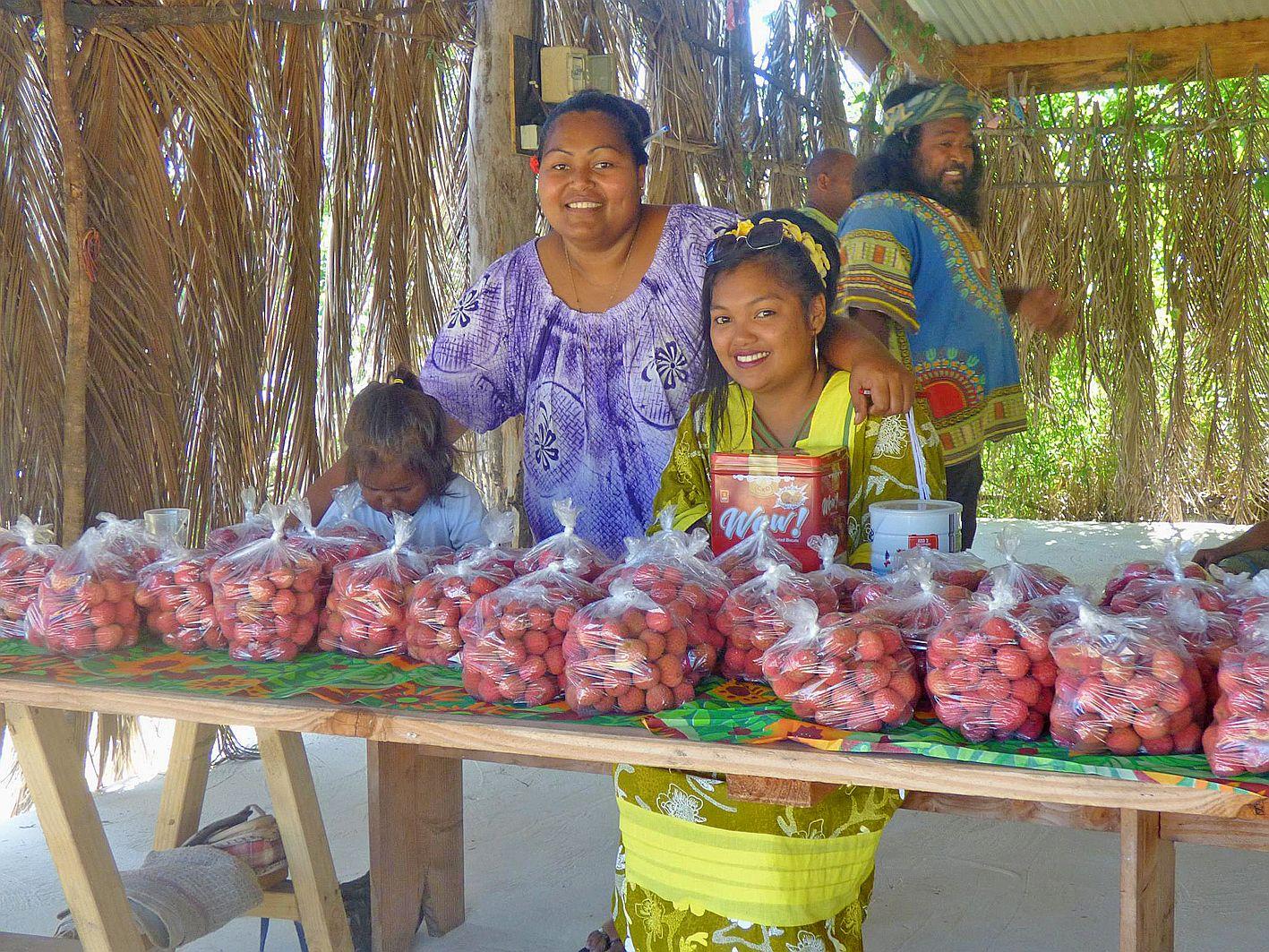 La maison commune de la tribu a accueilli les visiteurs venus célébrer cette journée et faire le plein de letchis, vendus en filet d'un kilo au prix de 1 000 francs, soit le double de l'année précédente.