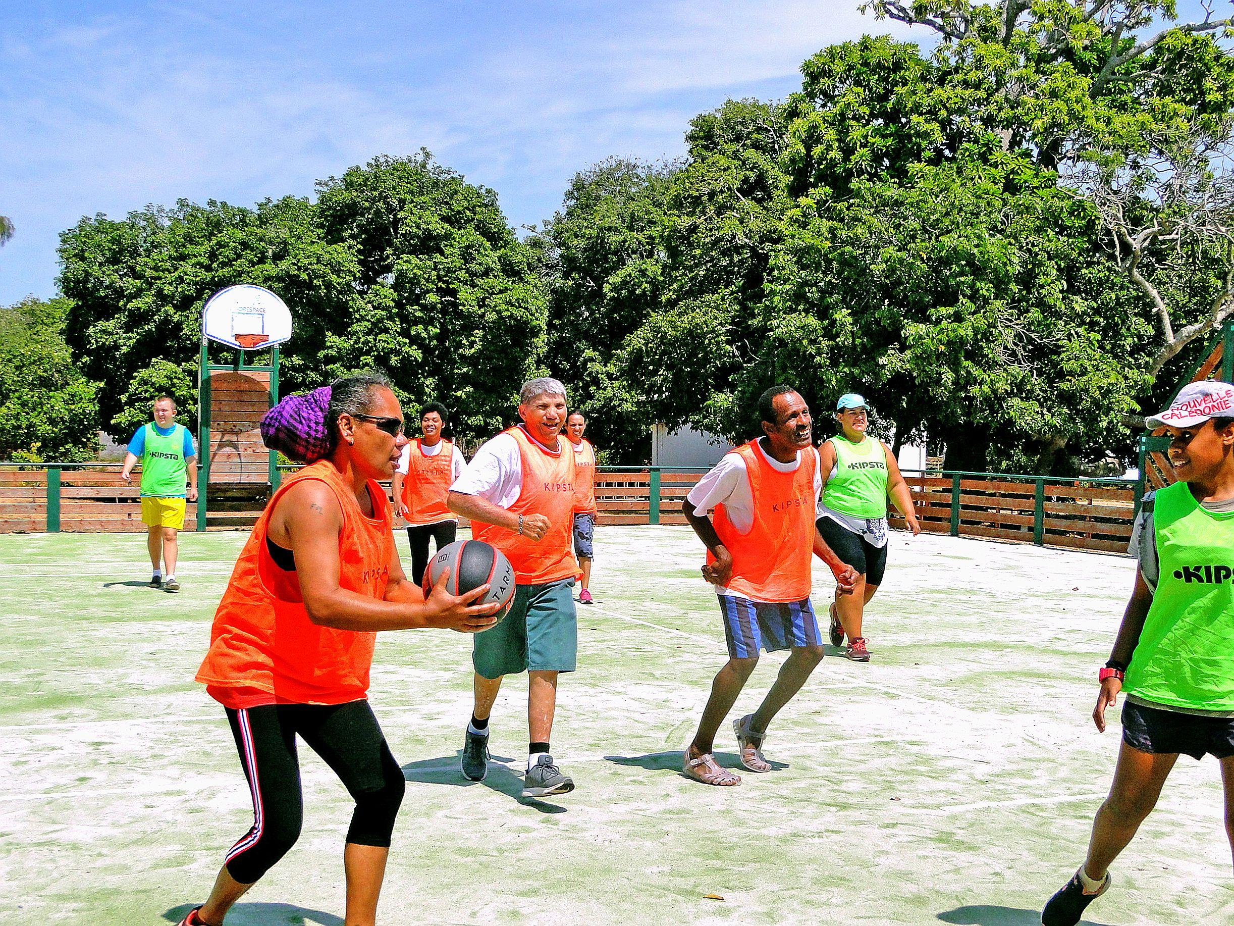 La matinée a été dédiée à des activités adaptées à chacun : pétanque, tressage, volley, basket, canoë…