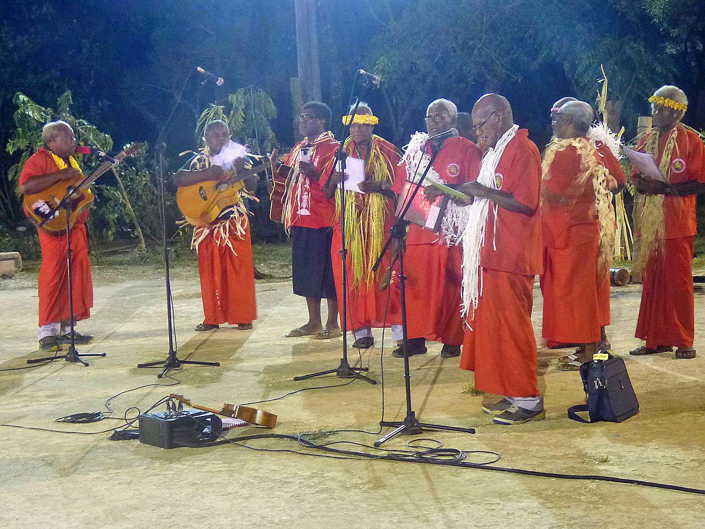 La chorale de Kumo Nene Wetr a été la première à entrer en scène. Elle se compose d'anciens, dont les âges varient de 65 à 80 ans.
