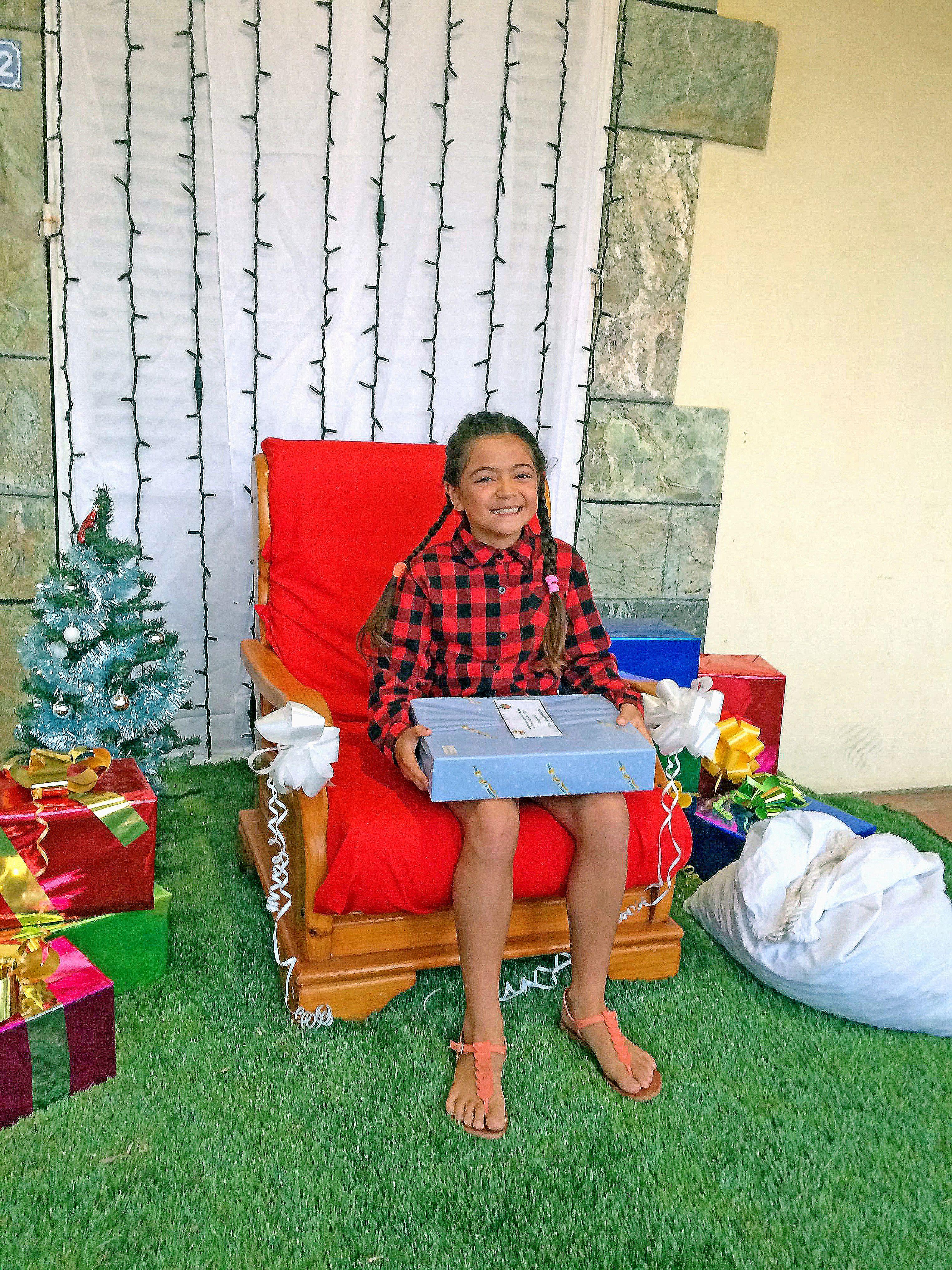 Plusieurs concours ont eu lieu pour ces fêtes à Pouembout : la maison la plus illuminée, la plus belle lettre et le plus beau dessin au père Noël. La gagnante, dans la catégorie 8 ans, pour le concours de la plus belle lettre est Hannah Marlier. Les gagna