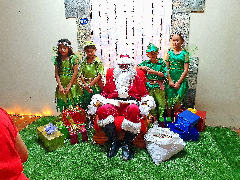 Le père Noël était accompagné de fées et de Peter Pan cette année. Les enfants se sont fait photographier avec eux, avant d'aller récupérer leurs cadeaux auprès des lutins de la mairie.