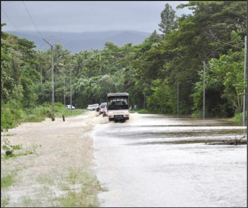 A Koumac, la sortie nord du village a été submergée toute la journée d'hier, tout comme le pont de Néhoué (en bas à droite) et le Trou Pacilly (en haut à droite). Impossible, même pour les 4x4, de traverser ces deux zones.