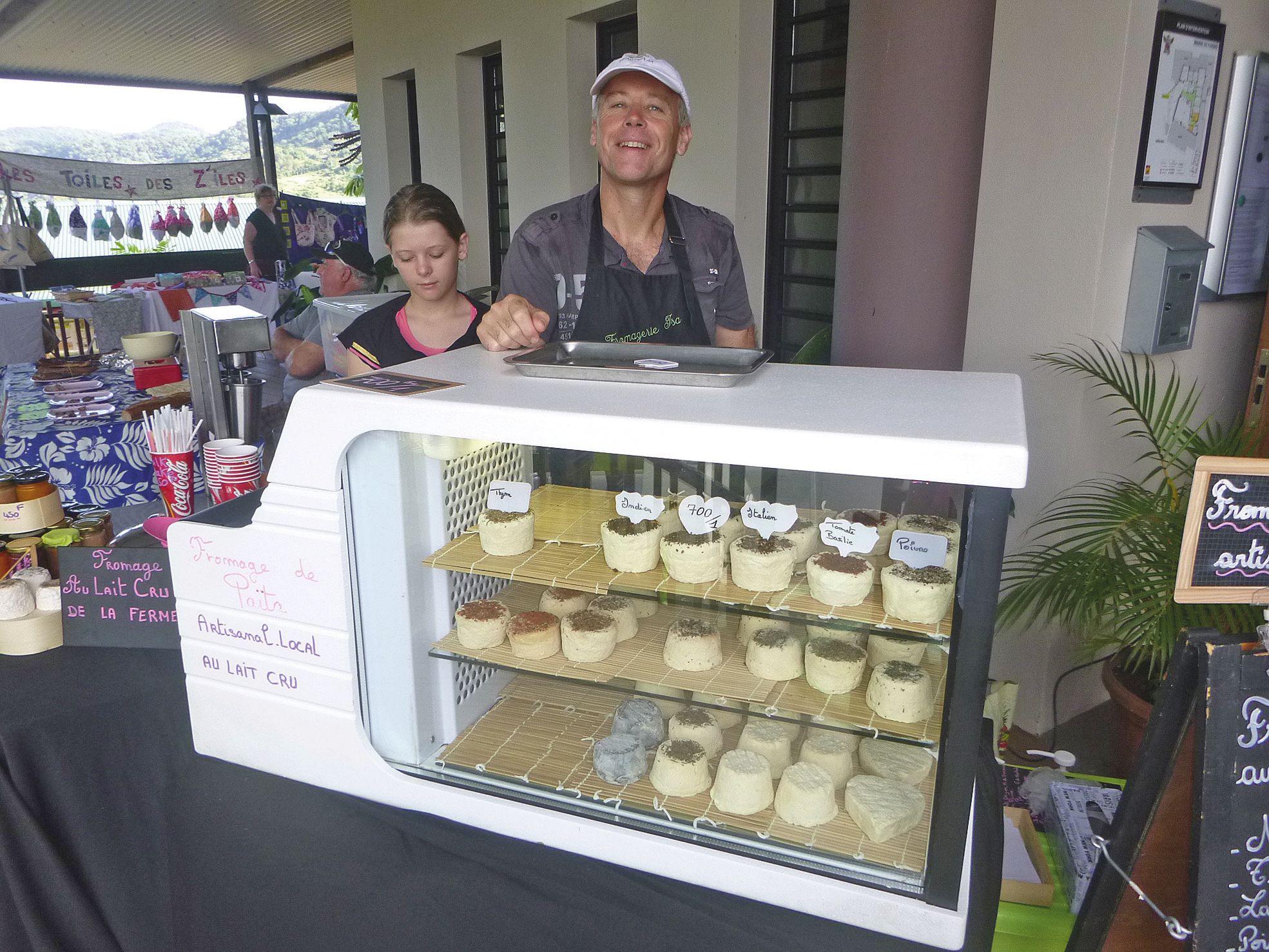 Un nouveau stand a fait son apparition ce mois-ci, proposant du fromage au lait de vache cru.