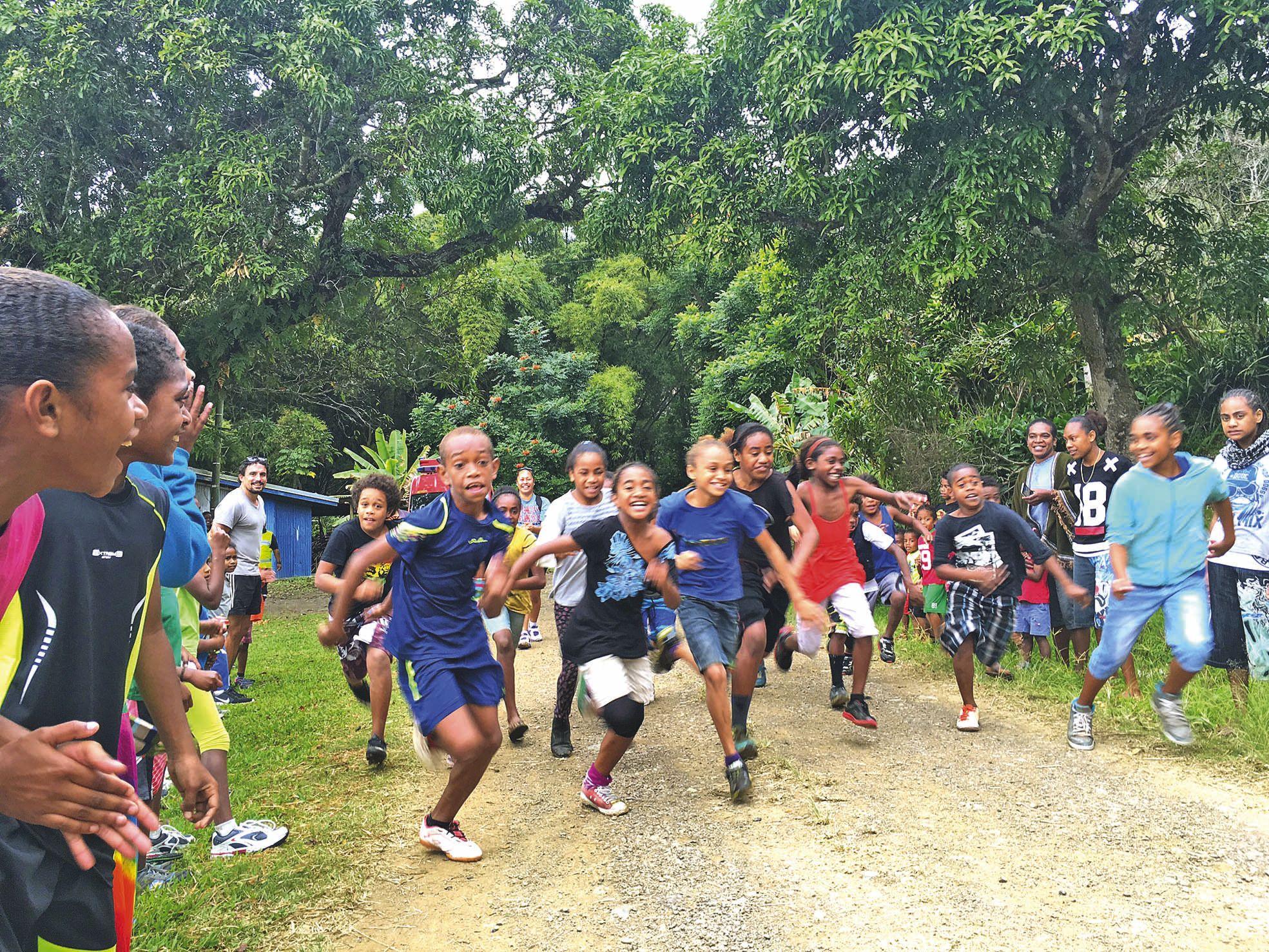 Top départ pour la classe de CM2. Chaque catégorie d\'âge a couru sur une distance  adaptée sous les encouragements de nombreux parents.