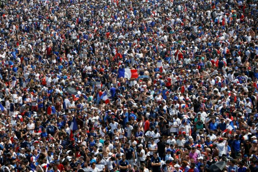 Des supporters dans la fan zone du Champs de Mars, le 15 juillet 2018 à Paris