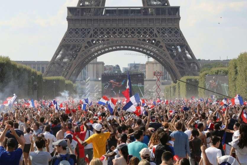 Des supporters dans la fan zone à Paris, le 15 juillet 2018