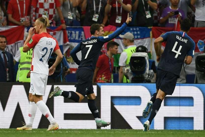 Antoine Griezmann sur penalty offre l'avantage à l'équipe de France contre la Croatie en finale du Mondial à Moscou, le 15 juillet 2018