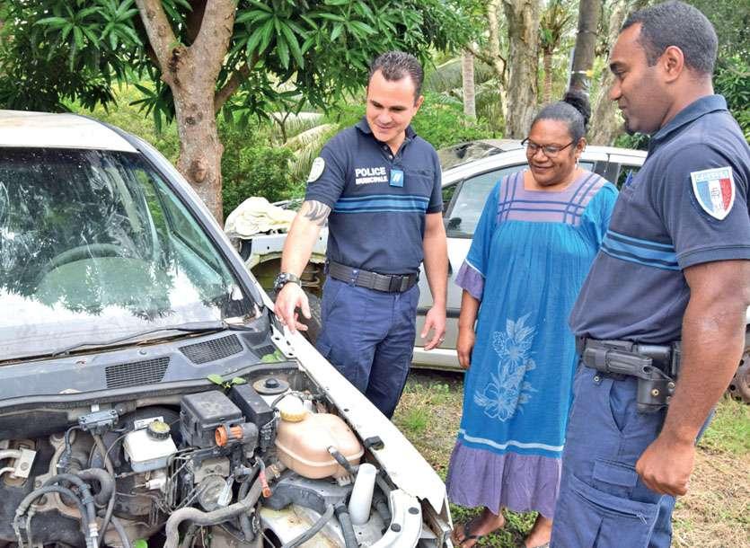 Les agents Kevin Corbet et Jules Weinane ont informé Isabelle de la campagne, hier, au squat de la Presqu'île océanienne. Photos J.J.
