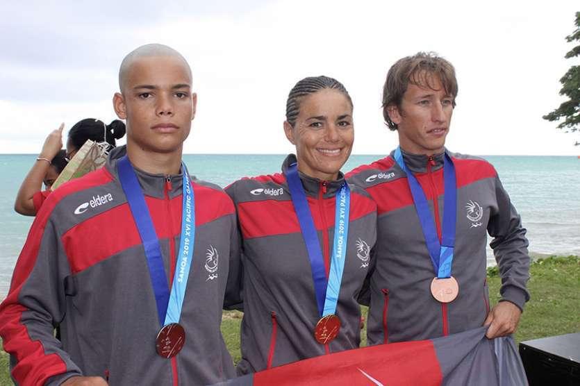 De gauche à droite : Hugo Savignac (médaillé d'argent), Charlotte Robin (médaillée d'or) et Benoît Rivière (médaillé de bronze). Il manque sur la photo Maïana Flament et sa médaille d'argent, qui était à ce moment-là au contrôle antidopage obligatoire.