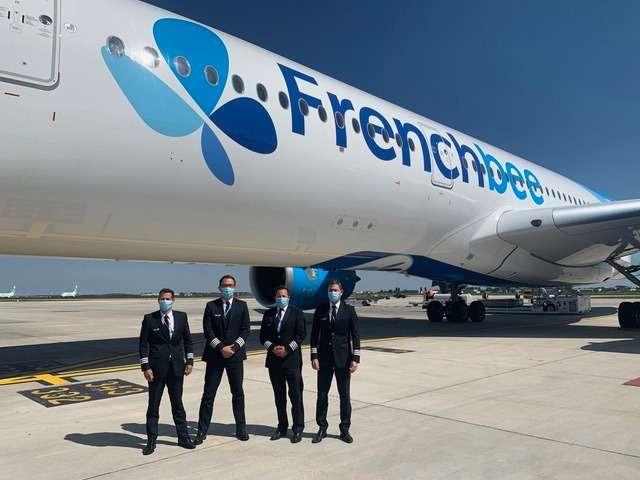 L'équipage qui a réalisé le nouveau record entre Papeete et Paris, le 15 mai dernier.