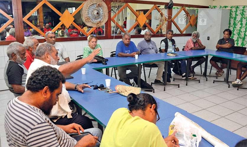 Basile Citré, du LKS, et LKU, du Parti travailliste, échangeaient hier soir au siège de l'USTKE à Nouméa sur une possible association pour les provinciales Îles. Photo T. Perron